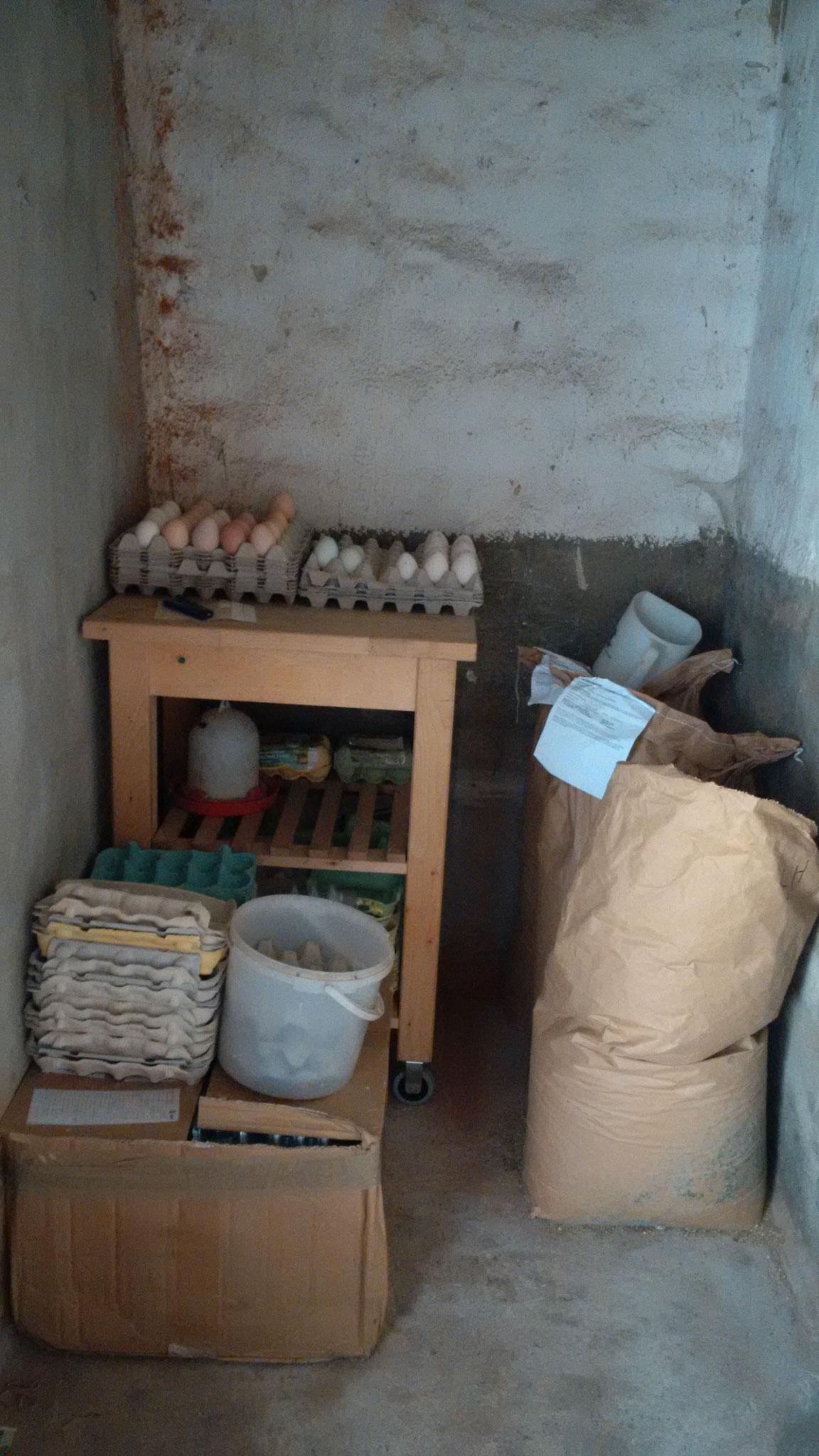 Eine Ecke ist abgetrennt. Da lagern wir Eier und Futter. Natürlich ist da ´ne Tür vor!