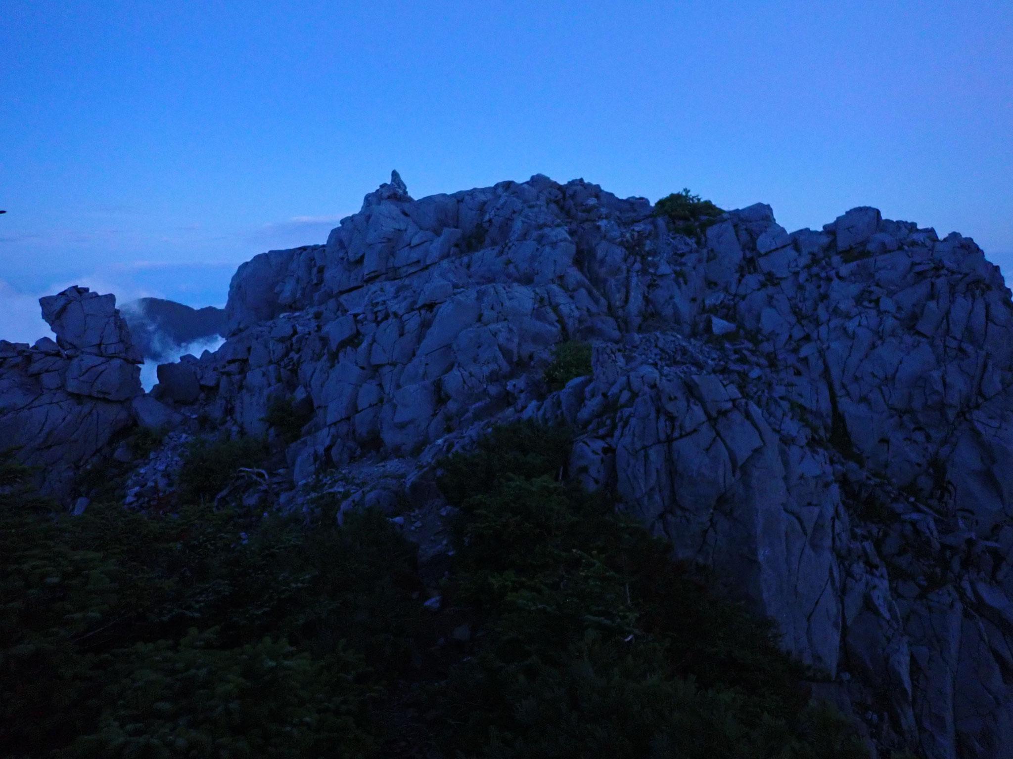 夜明けの光石は、青みがかった色で、威圧感があった
