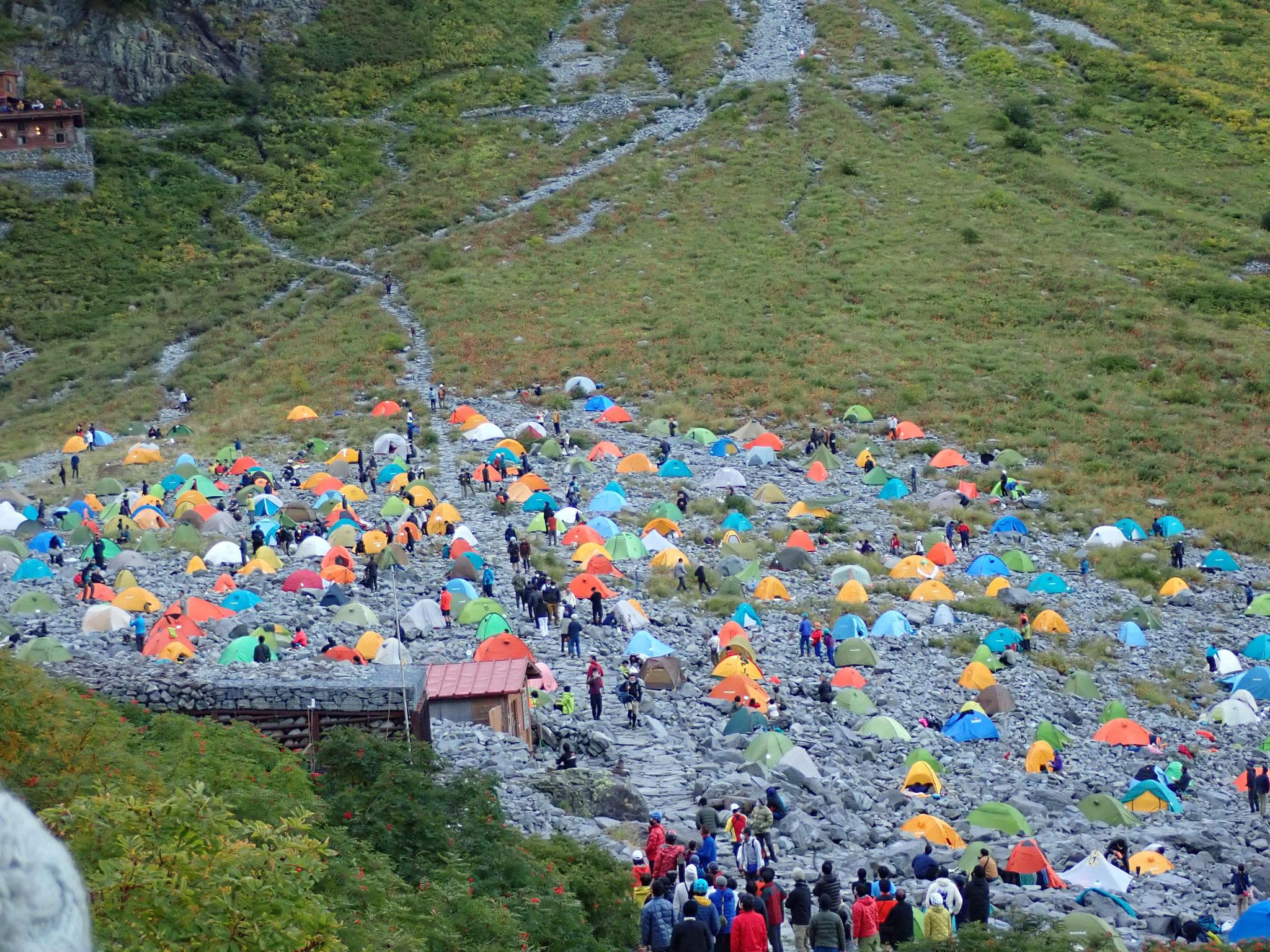 北穂側を見上げる人が多いテント場