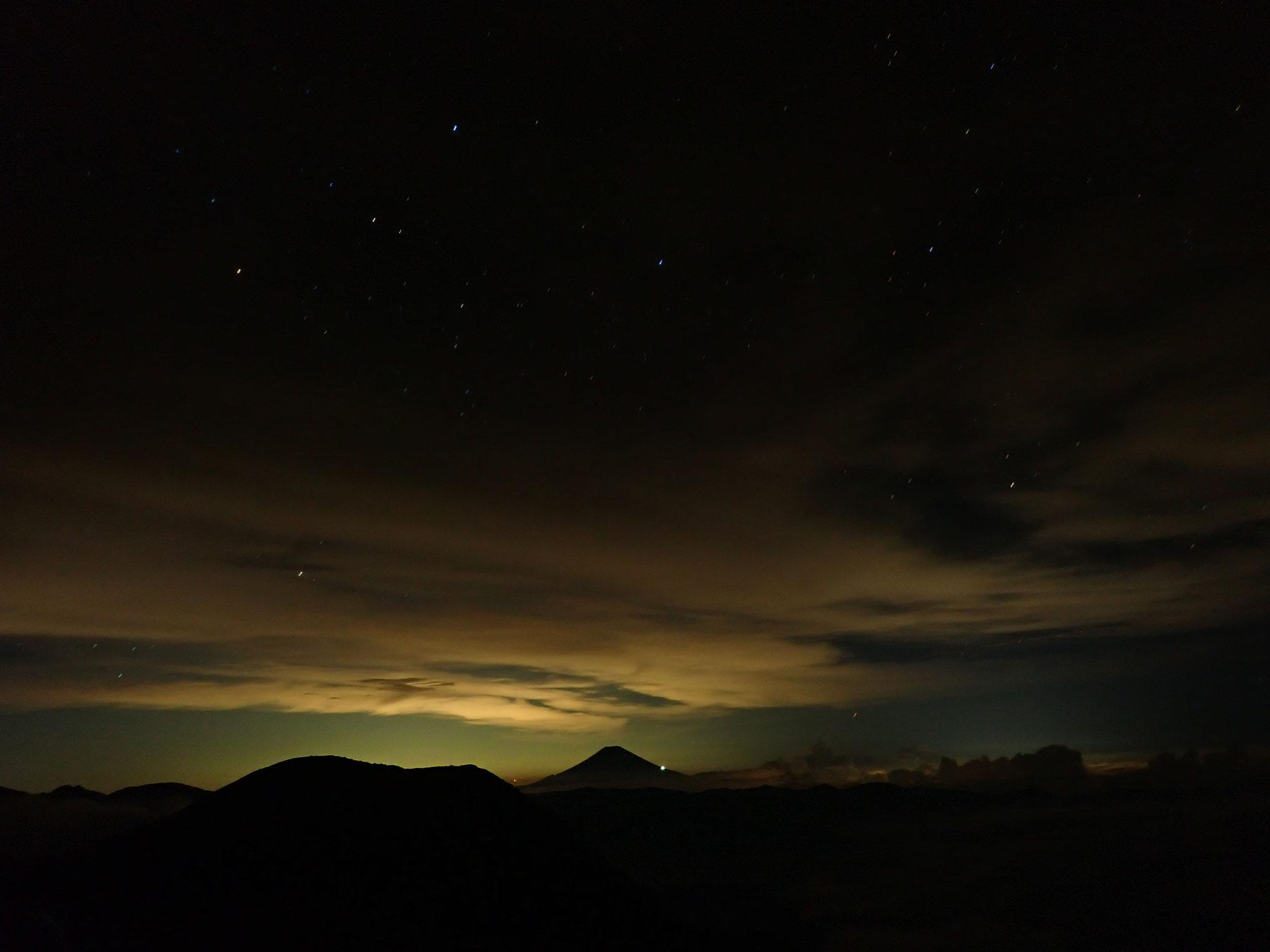 夜間は星が良く見えた、月明かりに浮かぶ富士山