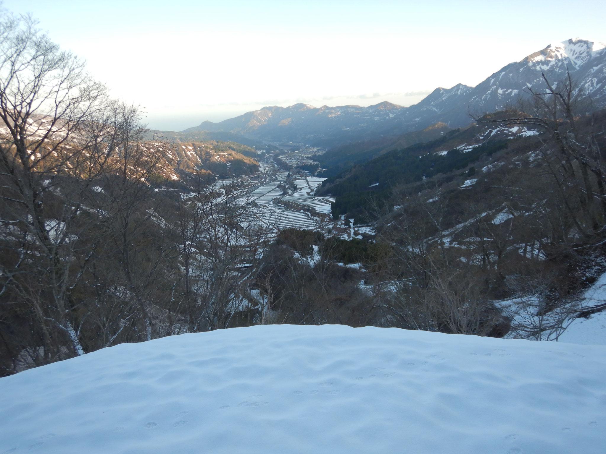 九十九折りを登り終えると笹倉温泉も夜が明けている