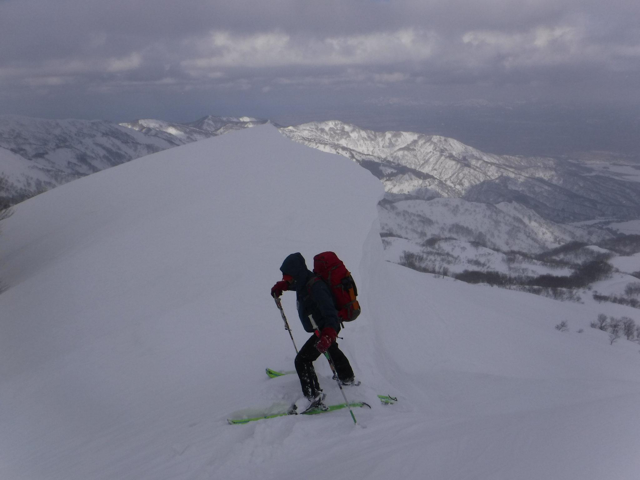 山頂への稜線は長く、複雑。雪庇の切れ目を上がる 14:53