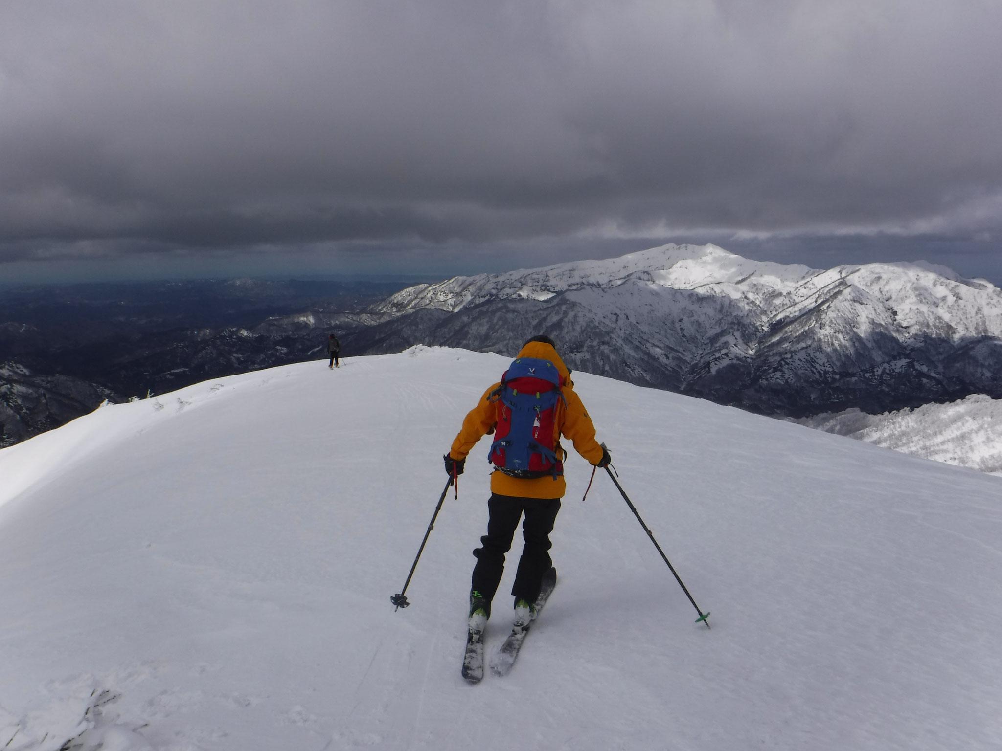 12:05 守門岳を正面に滑る