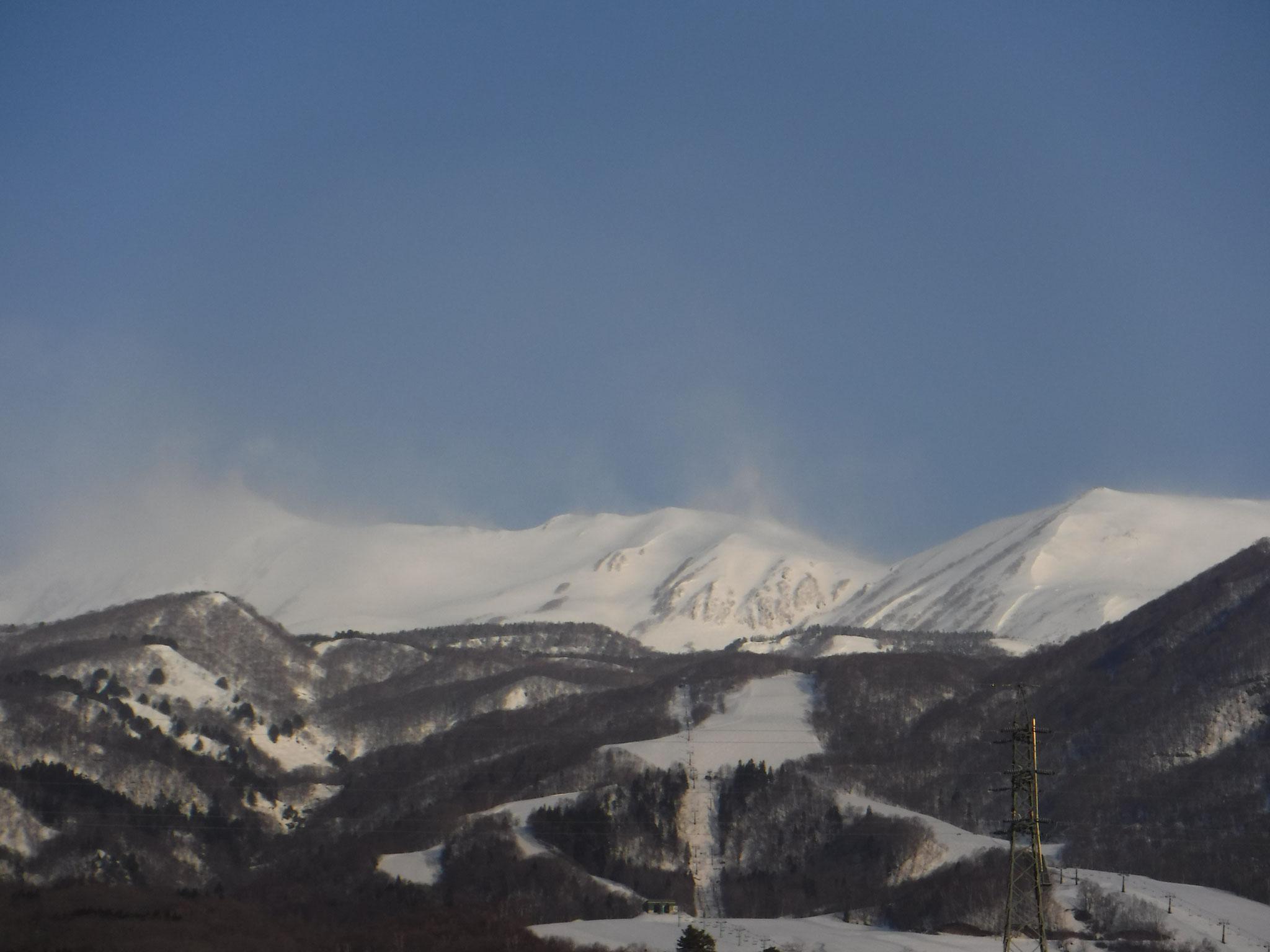6:40 栂池スキー場より、白馬乗鞍から小蓮華山方面