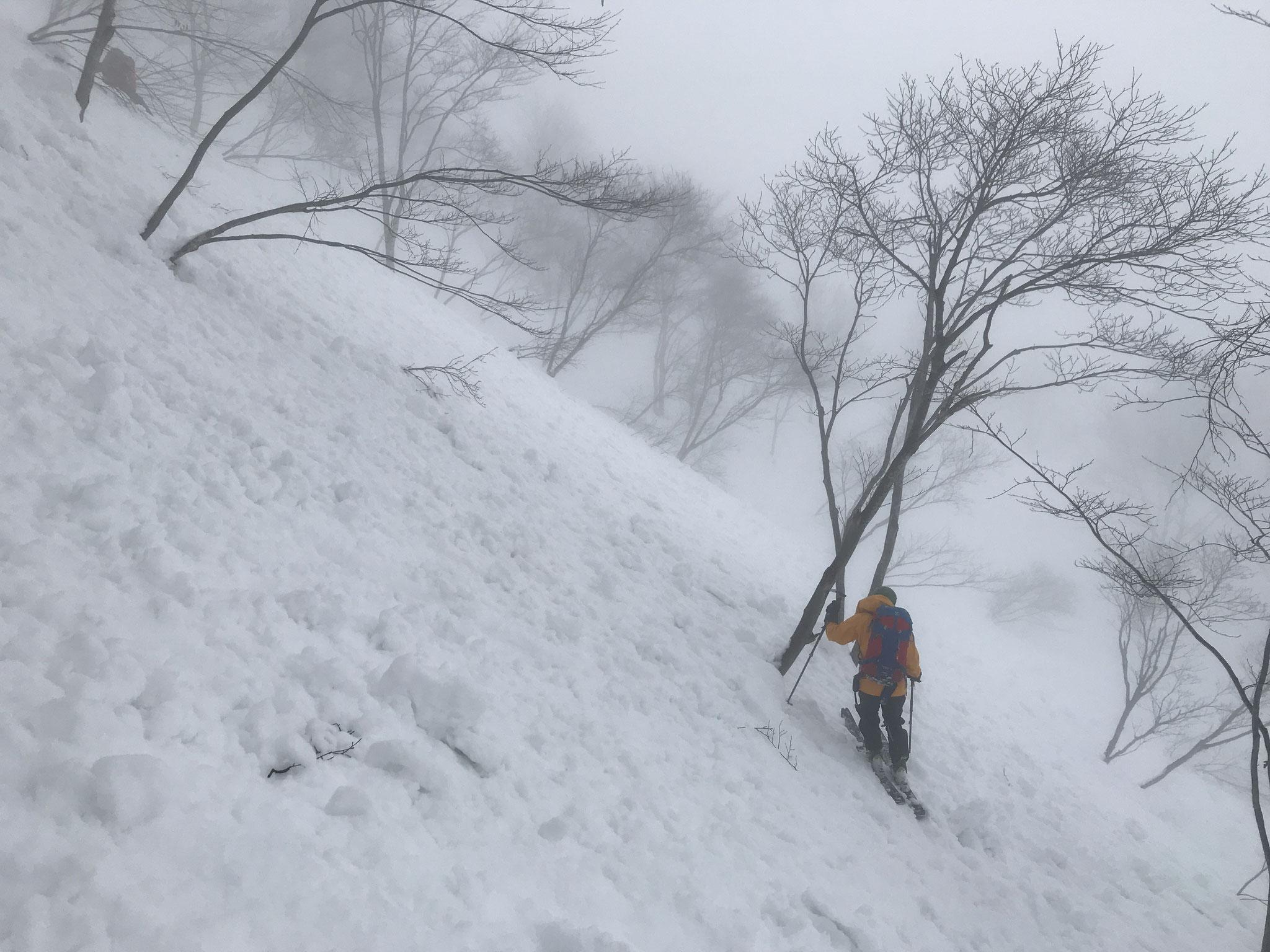 中間部はモナカ雪で、斜面はシュプールで大荒れ
