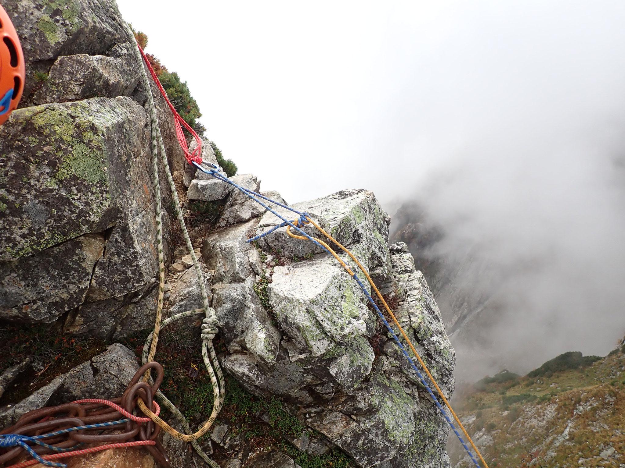 2峰の懸垂下降支点、新しい赤いシュリンゲが掛けてある
