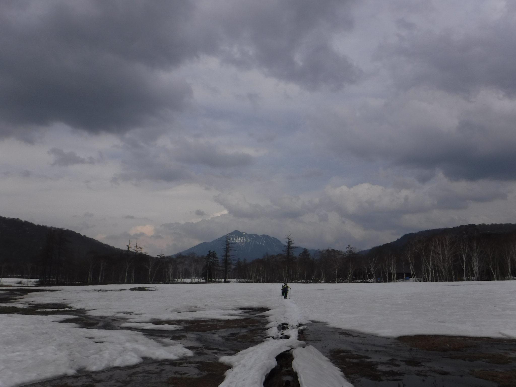 15:10 山ノ鼻、木道上にかろうじて雪が残っている