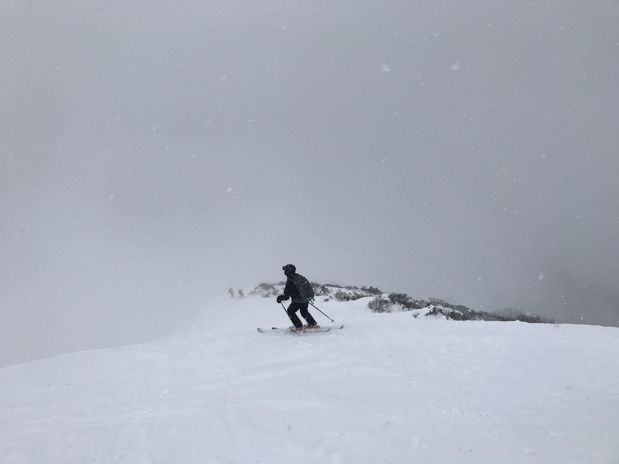 11:40 往路の尾根を滑る、新雪で楽しい斜面