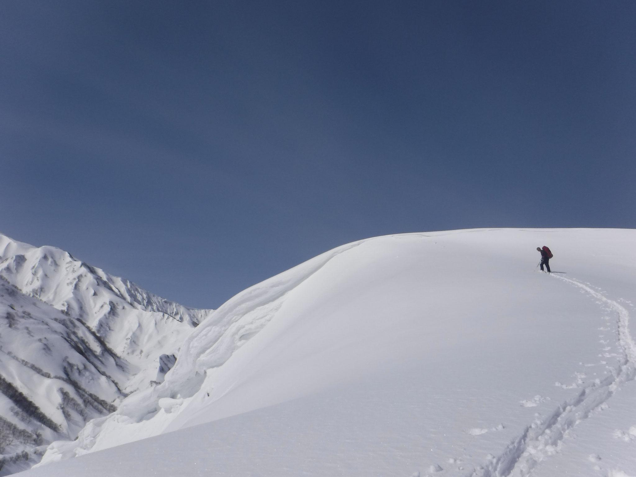 山頂南面には大きな雪庇が出ている