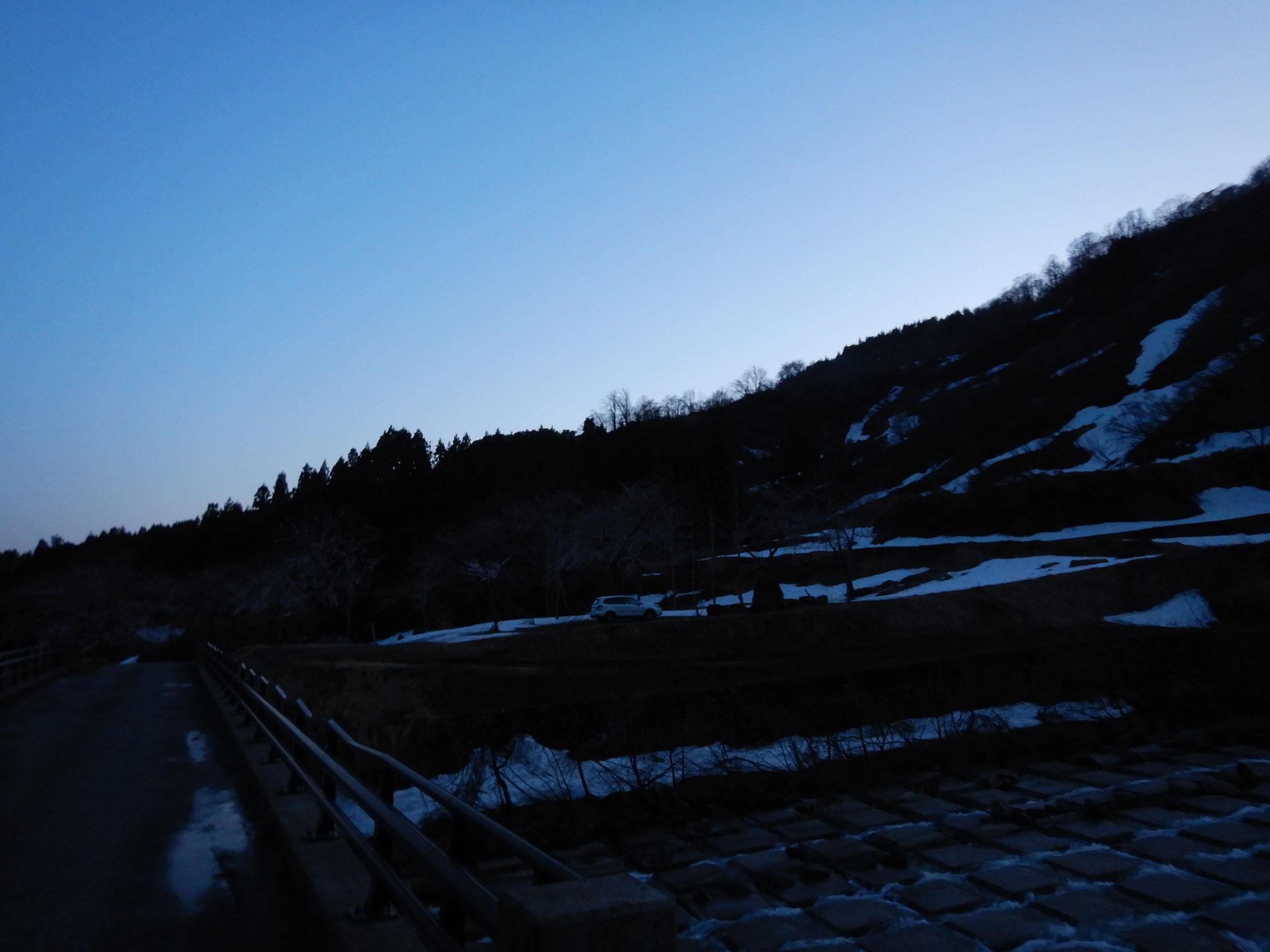 5時に笹倉温泉上のキャンプ場を出発