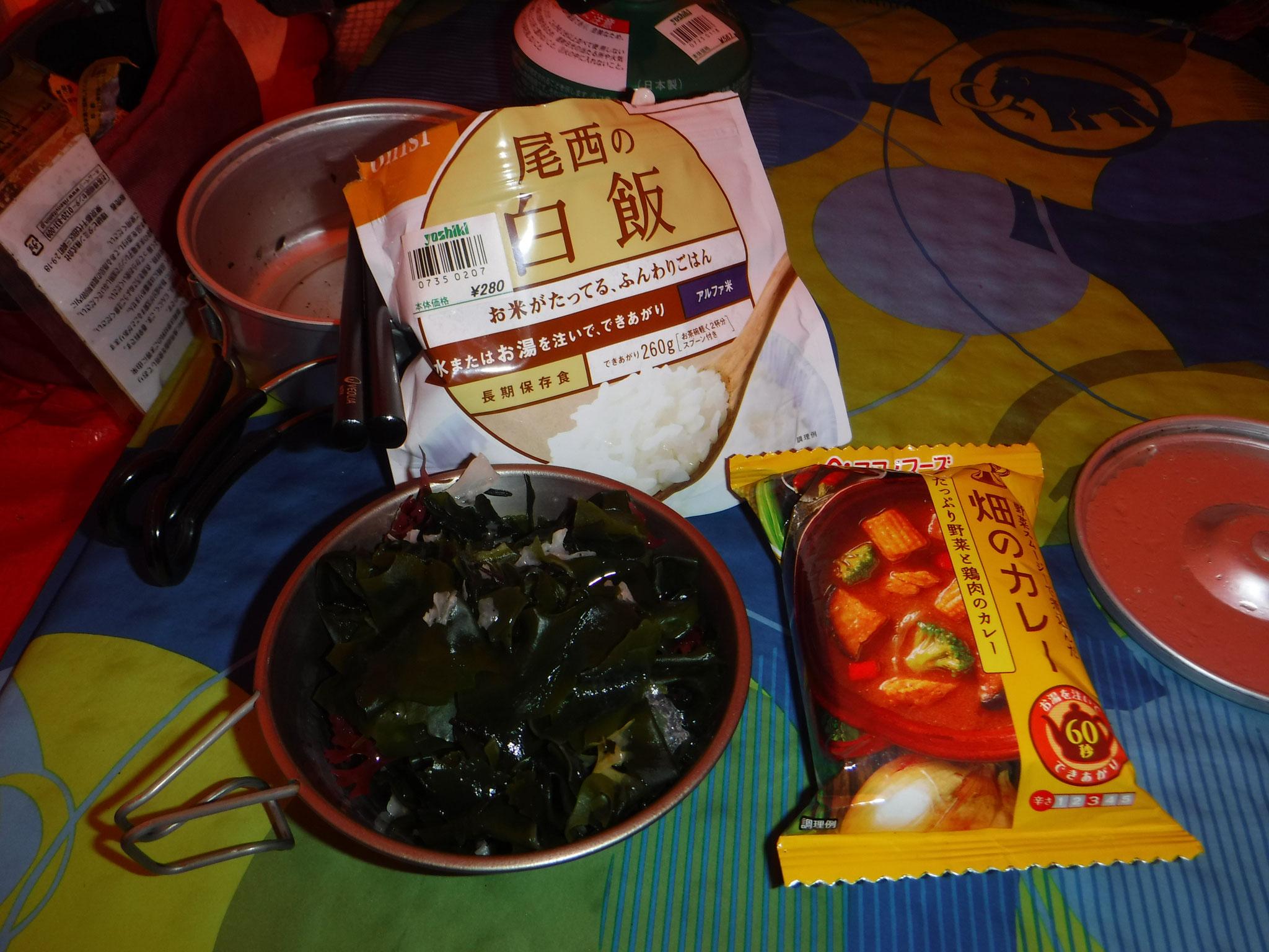 夕飯、アルファ米、カレー、海藻サラダ