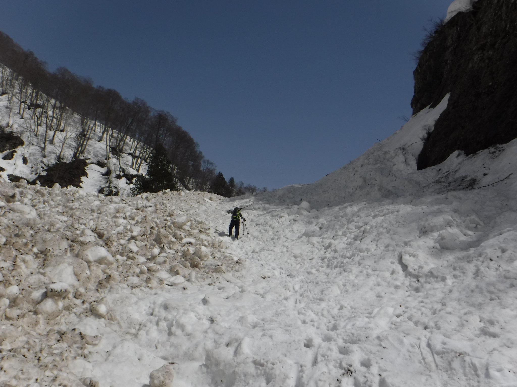 南滝の下はデブリがひどく、板を担いで登る個所もある