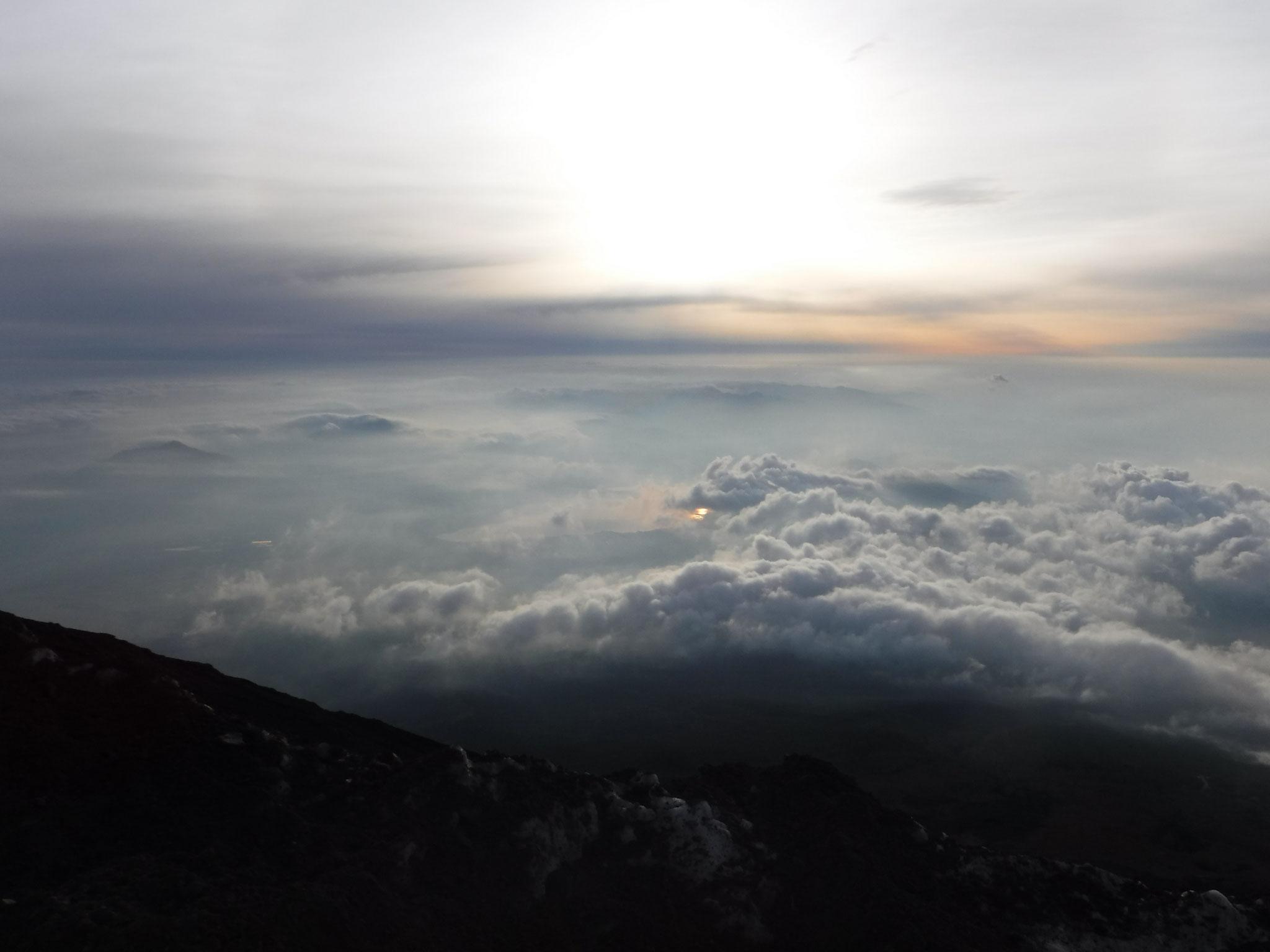 5:15 3020m付近、雲沸く下界