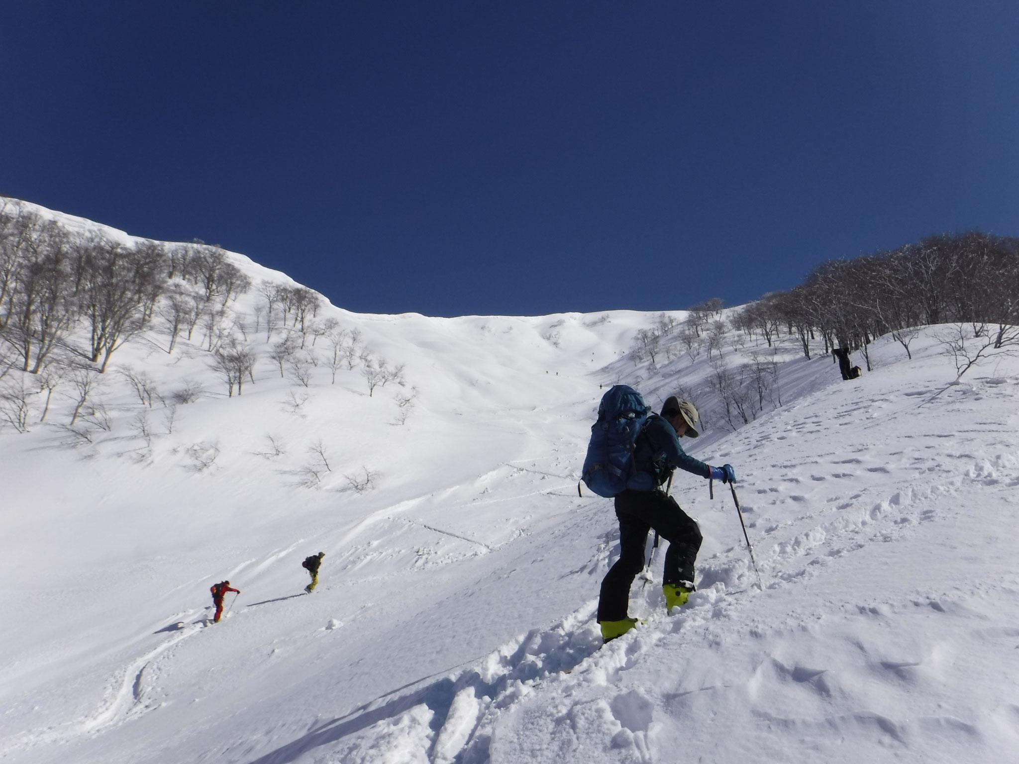9:50 稜線の雪庇下を避け、尾根を登る E戸