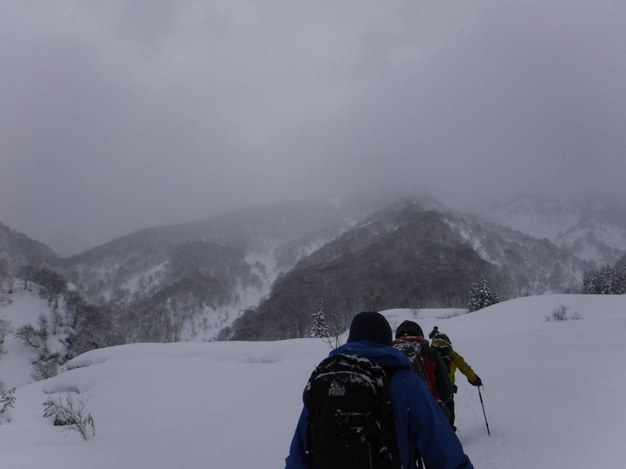 8:30 正面の尾根を登る