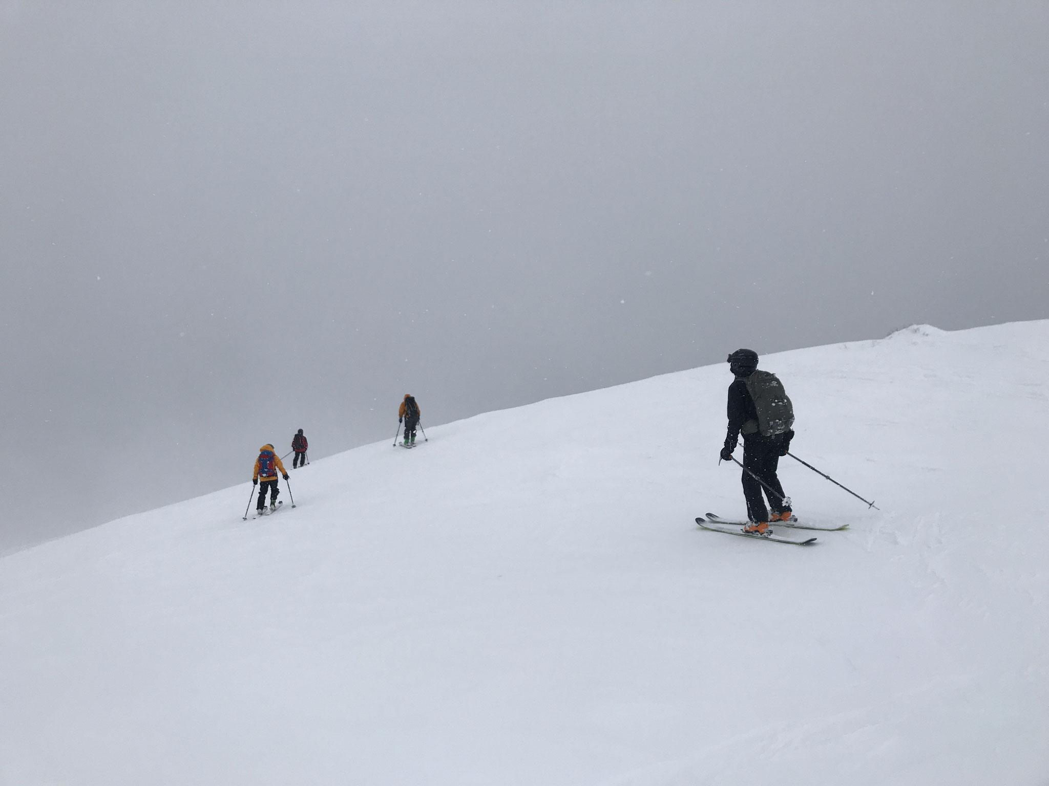 11:30 山頂南の稜線を滑る、