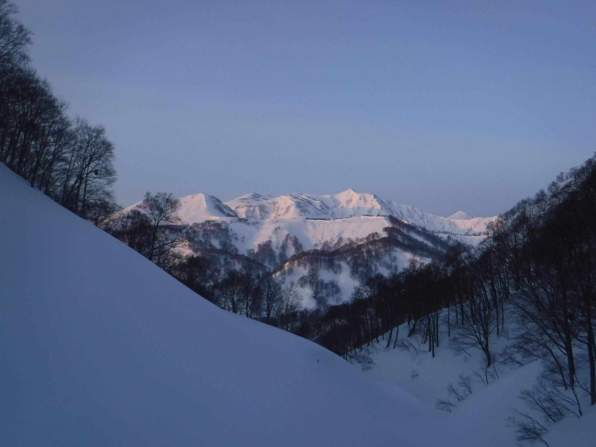 容雅山を目指して 6:03 1100m付近、滝が出ている