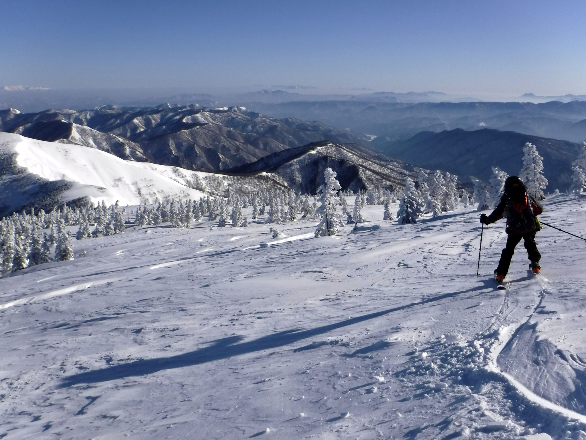 8:00 三岩岳山頂からの滑降