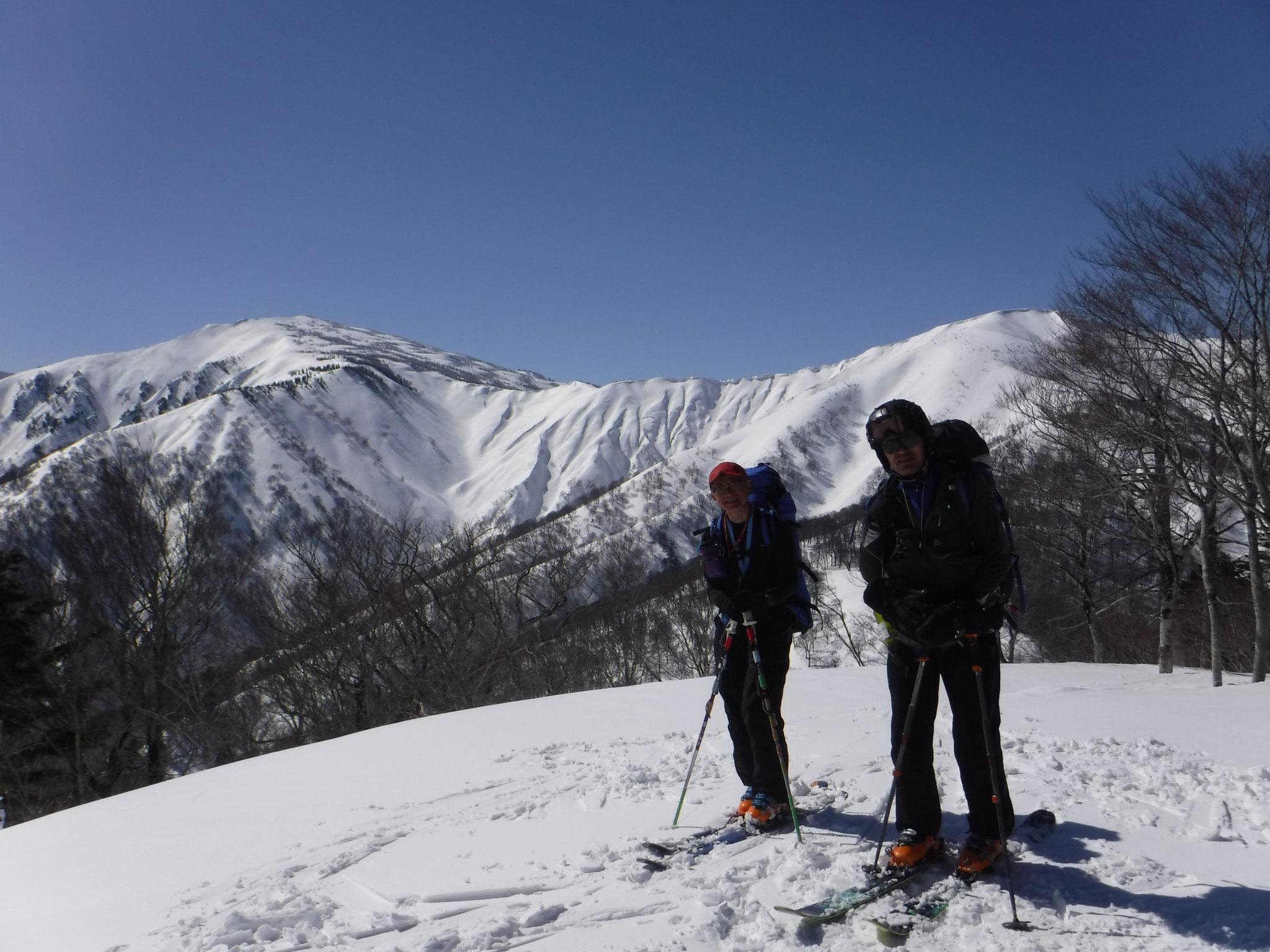 12:15 家向山山頂の南西ピーク1520m、春山の温かさ