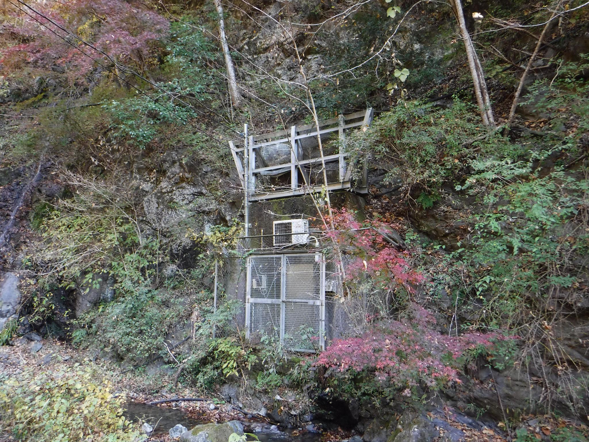 9:00 不動の上滝下流の謎の構築物、エアコンの室外機がある