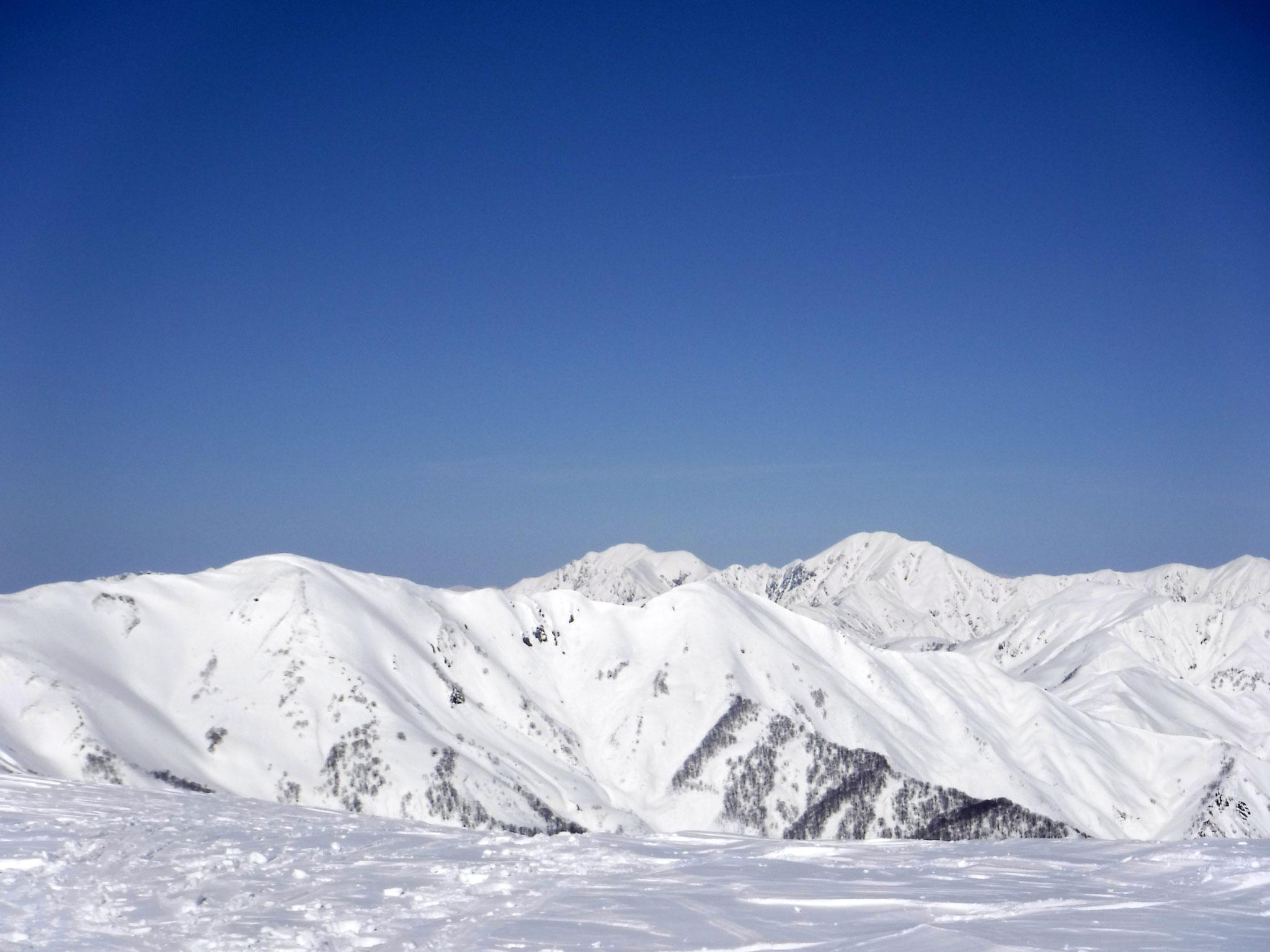越後駒ケ岳(右奥)、中ノ岳(左奥)
