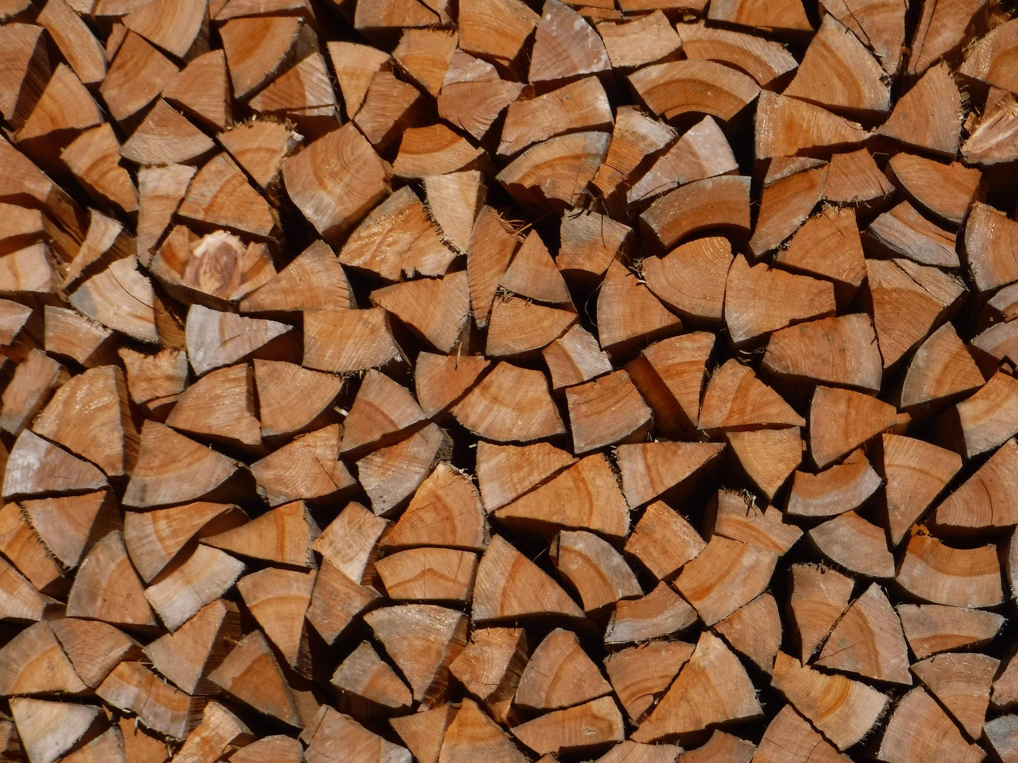 見事に切りそろえられた薪、ストーブが見てみたい