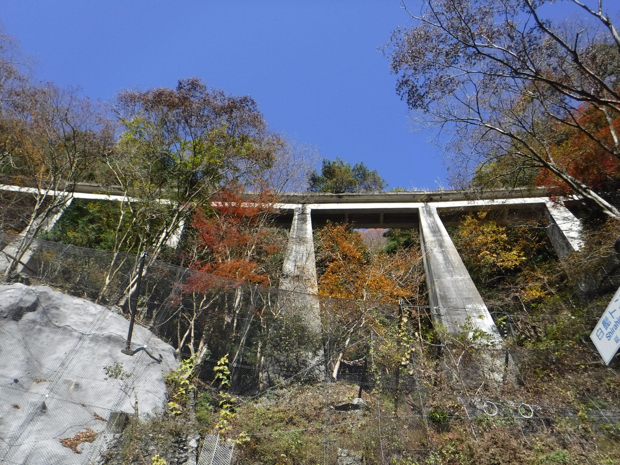 こちらも堅固な造りの橋梁、上を歩いてみたい!