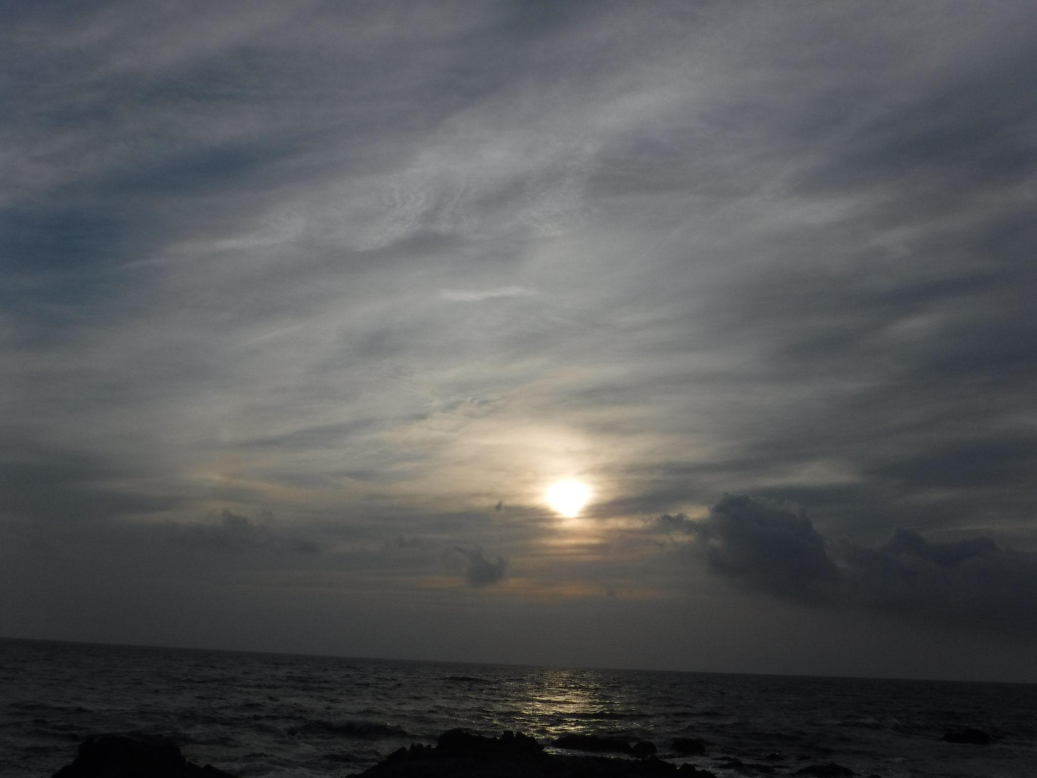 塚崎の浜から夕陽を望む