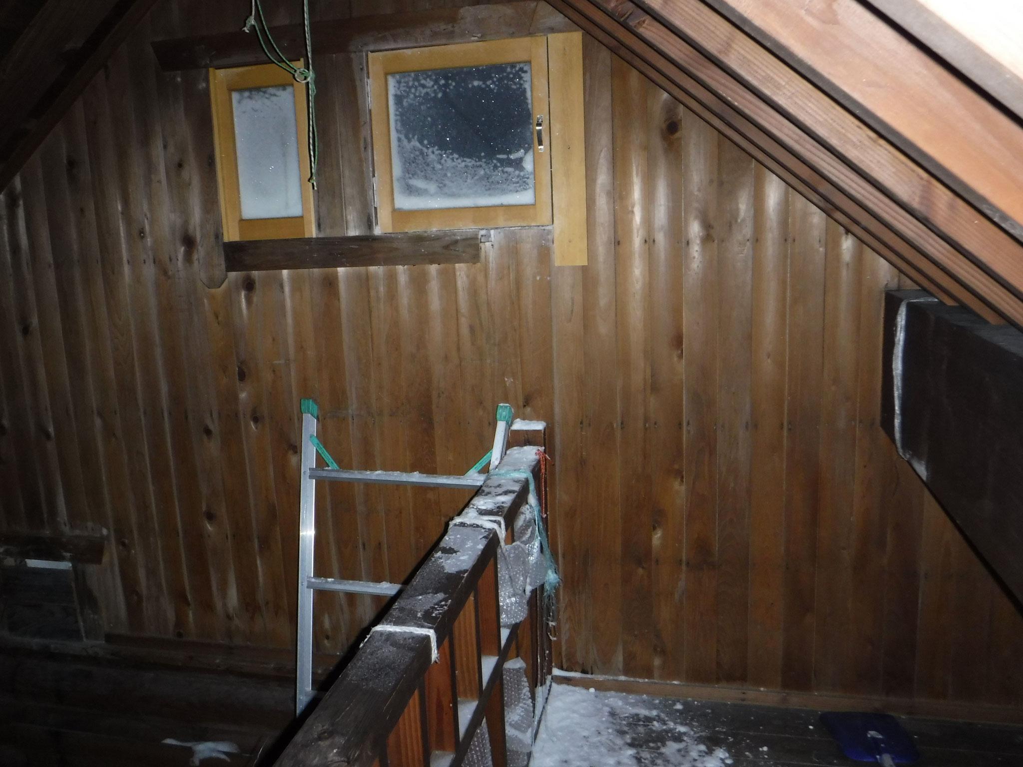 梯子の二段目に足を掛け、欄干またいで、右側の二階床に降りる