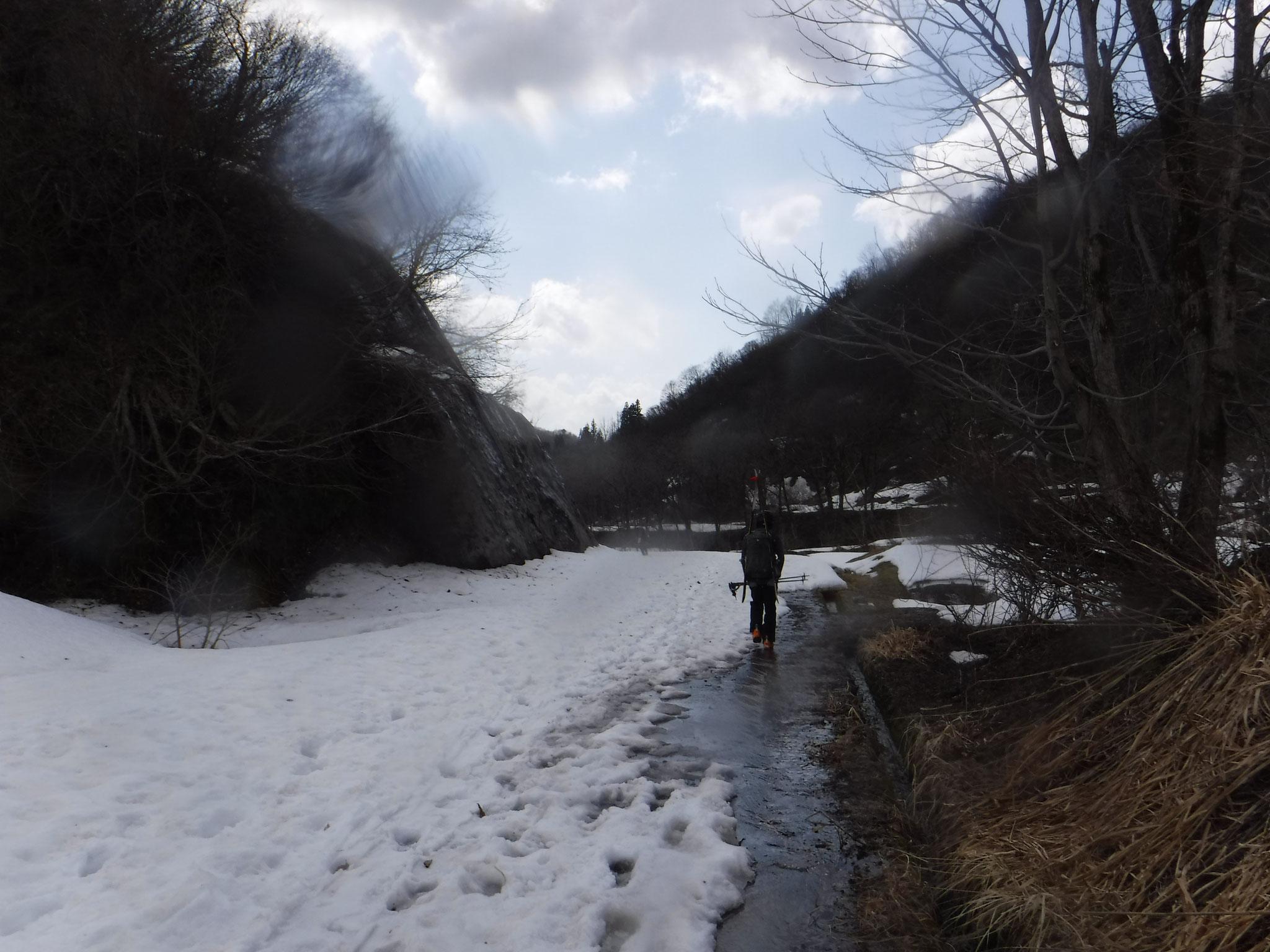 登山口手前まで林道の雪は続いていた