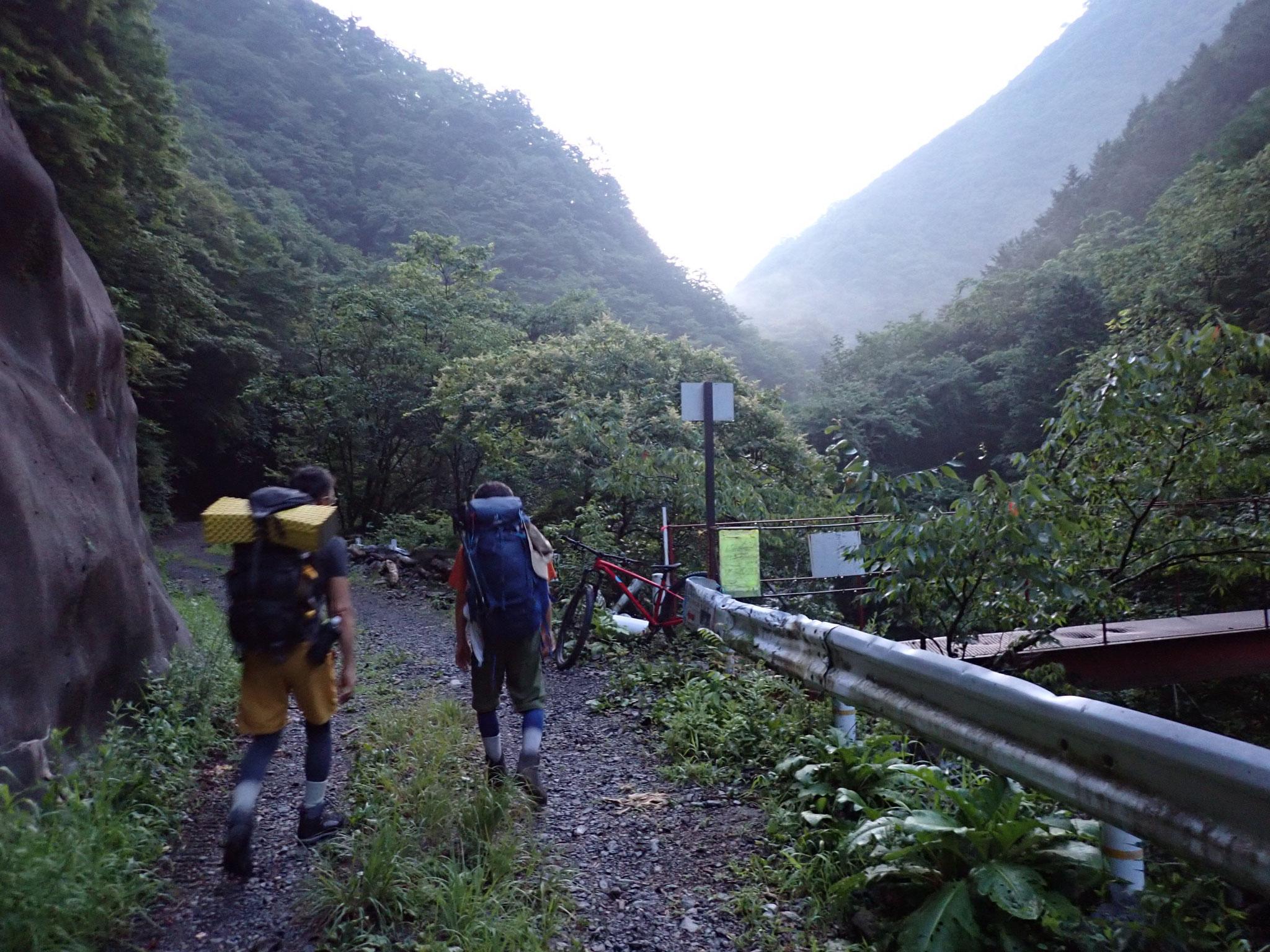 易老渡登山口、少し先に水が汲める沢がある、トイレは施錠