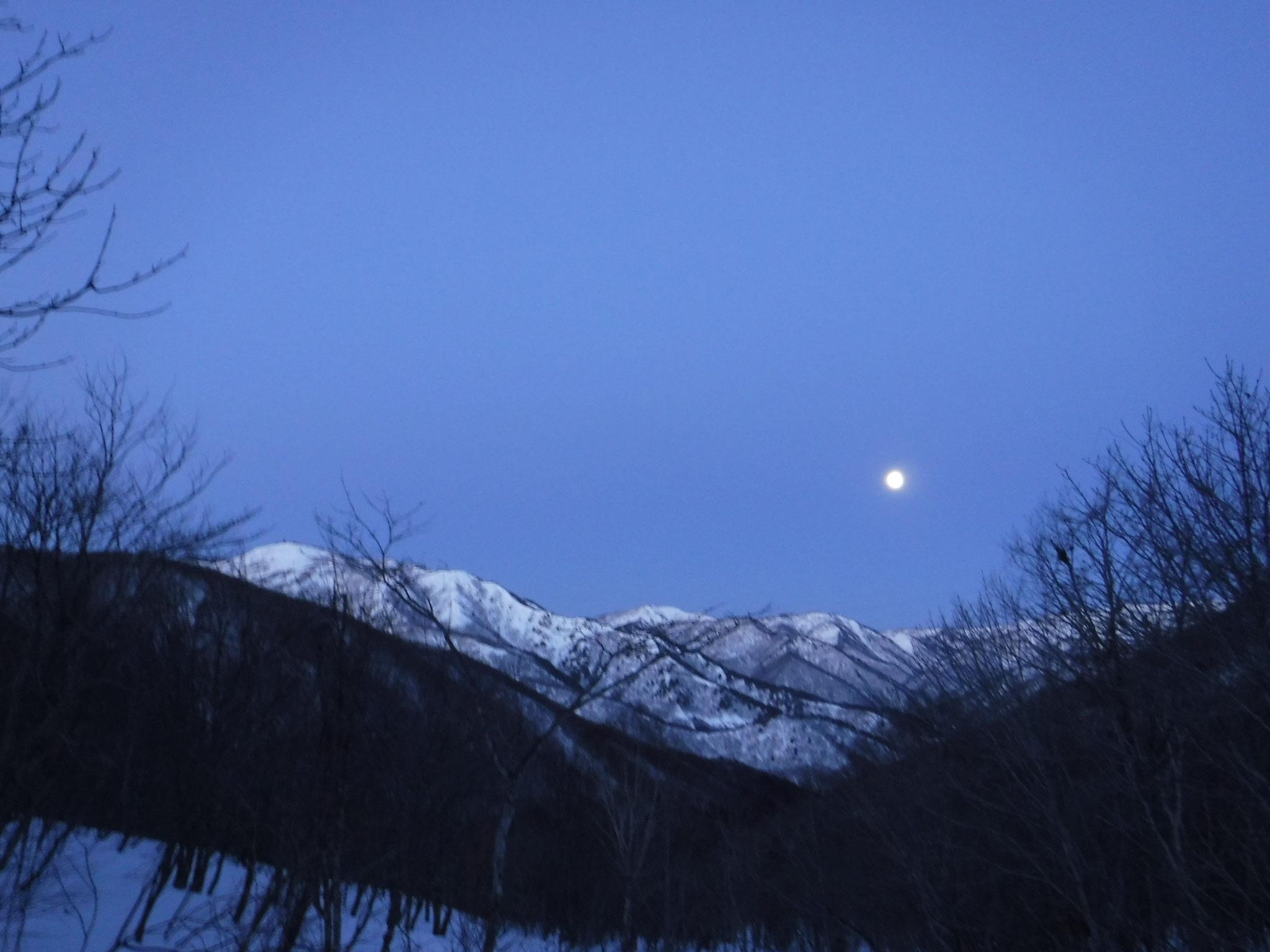 6:00 昨日夕方が満月だった。