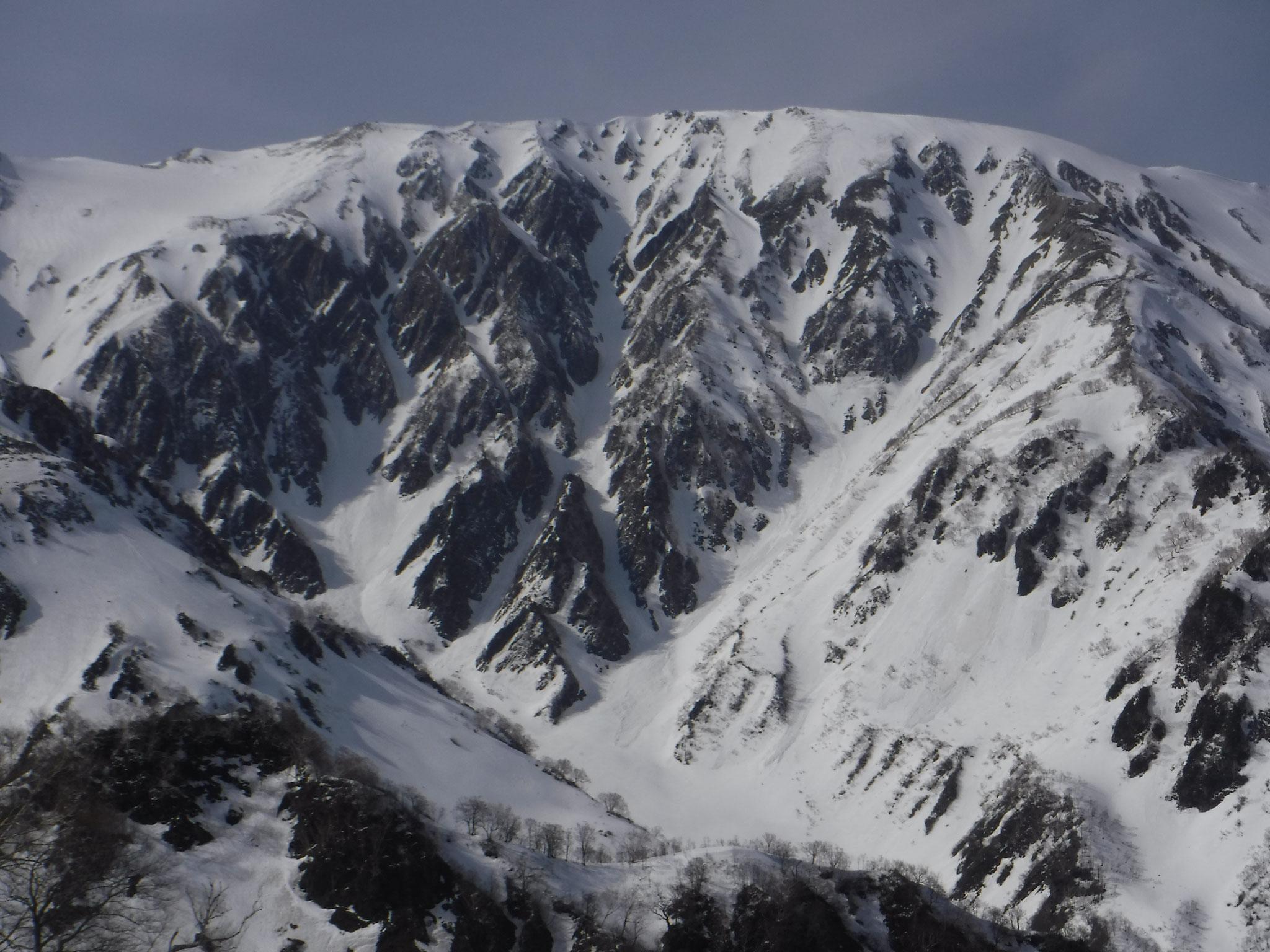 小蓮華岳南面、狭く、雪の状態によっては危険なコース