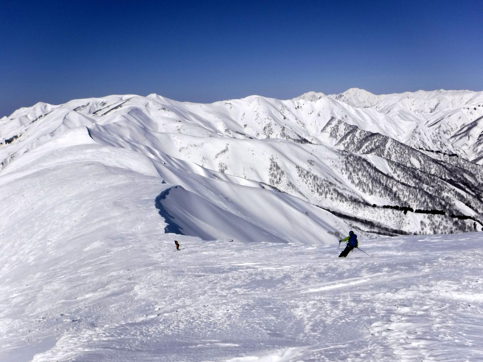13:40 山頂北面の稜線、雪質まずまず