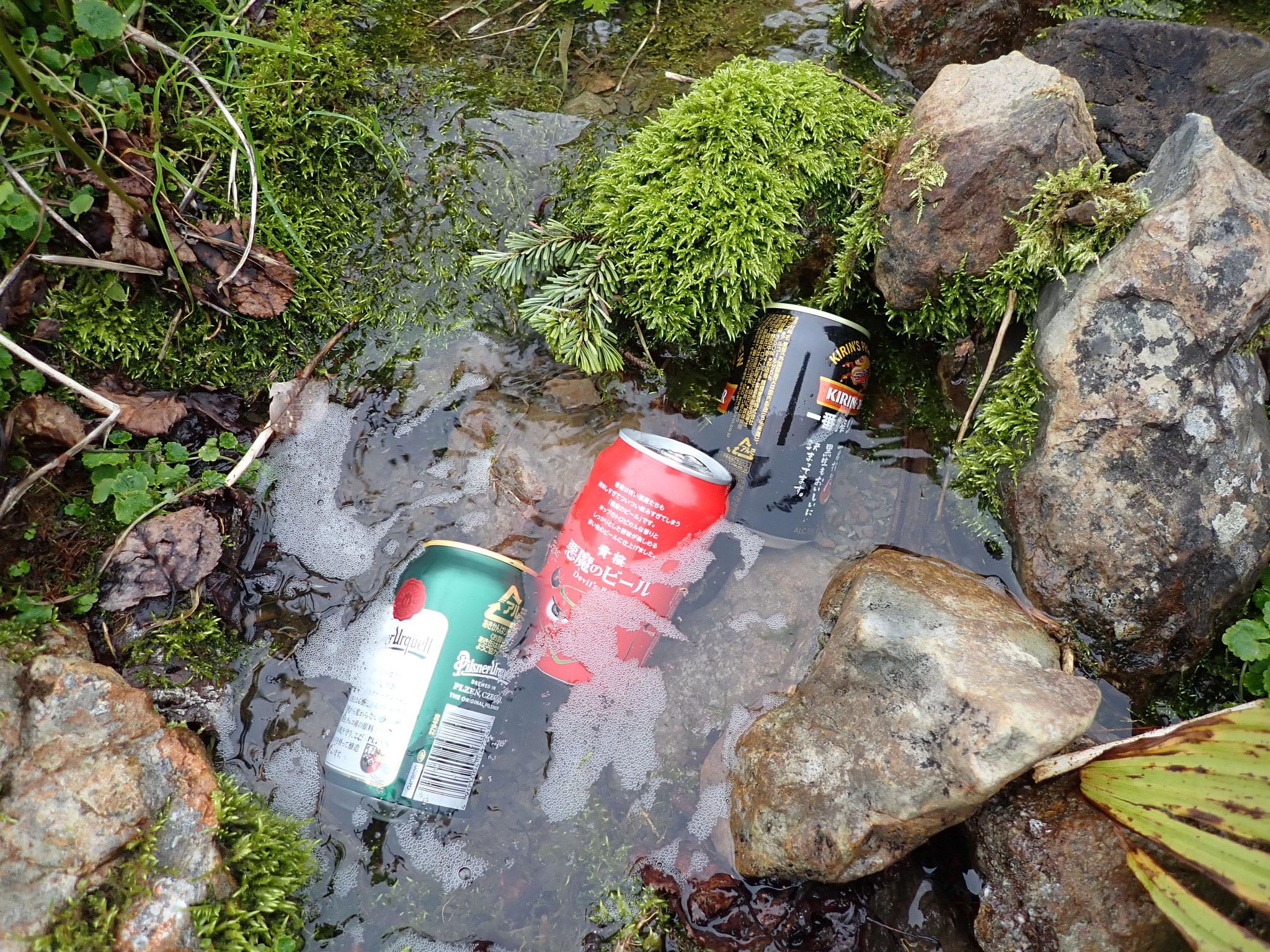 小屋での乾杯に備え、運び上げたビールを冷やす