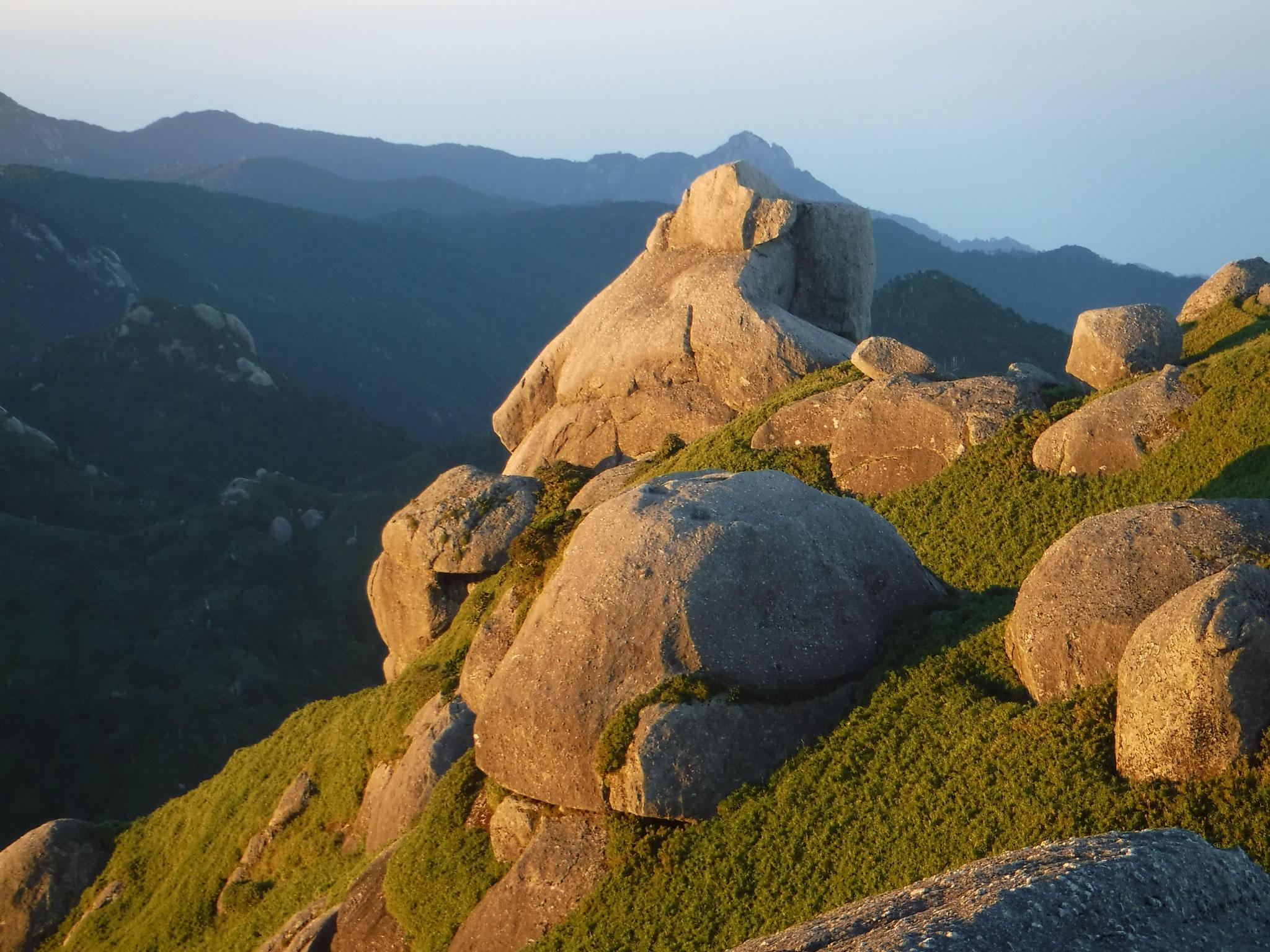 永田岳山頂周辺の巨岩