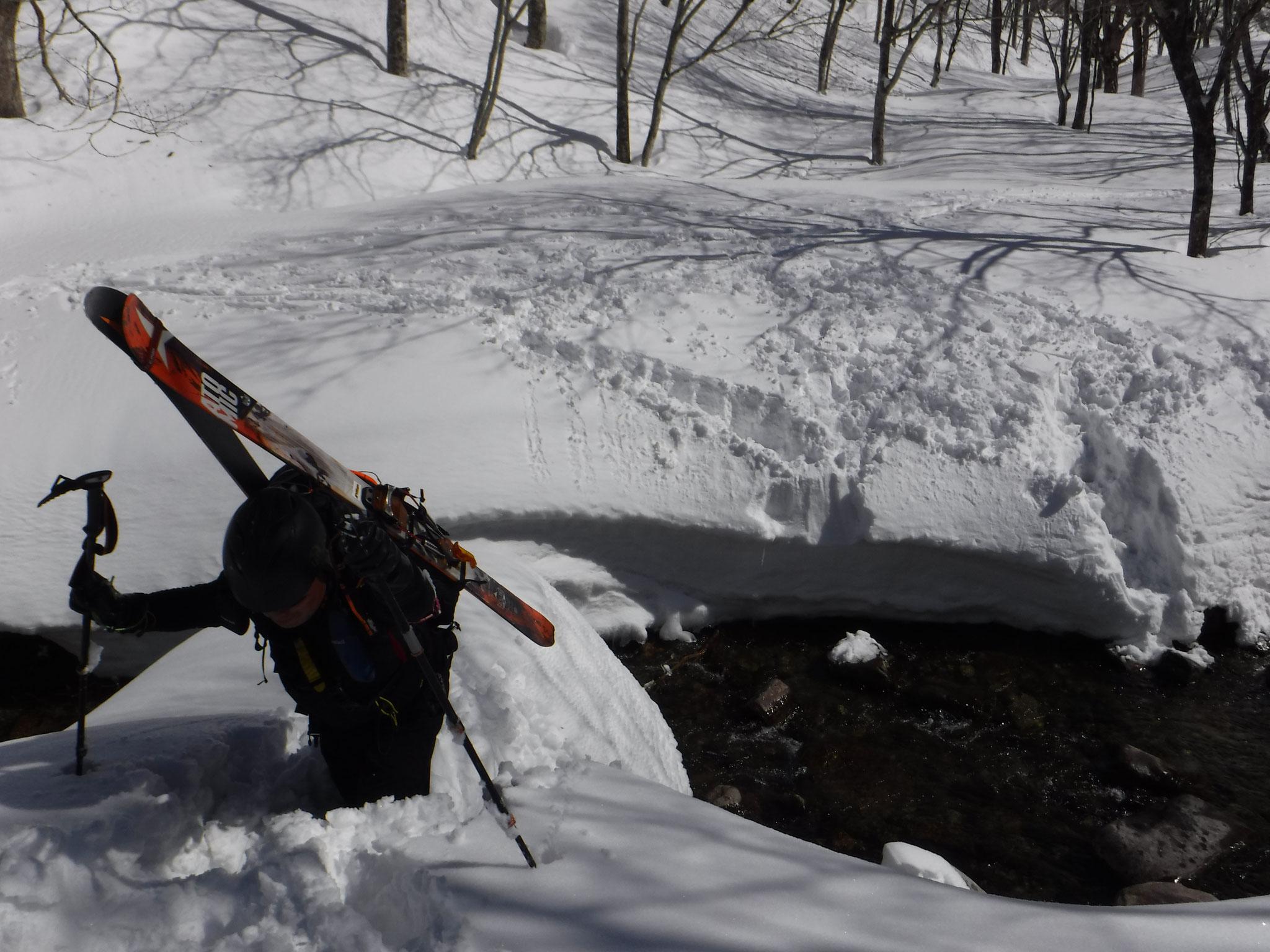 両岸の雪壁に下降、登路をスコップで構築した