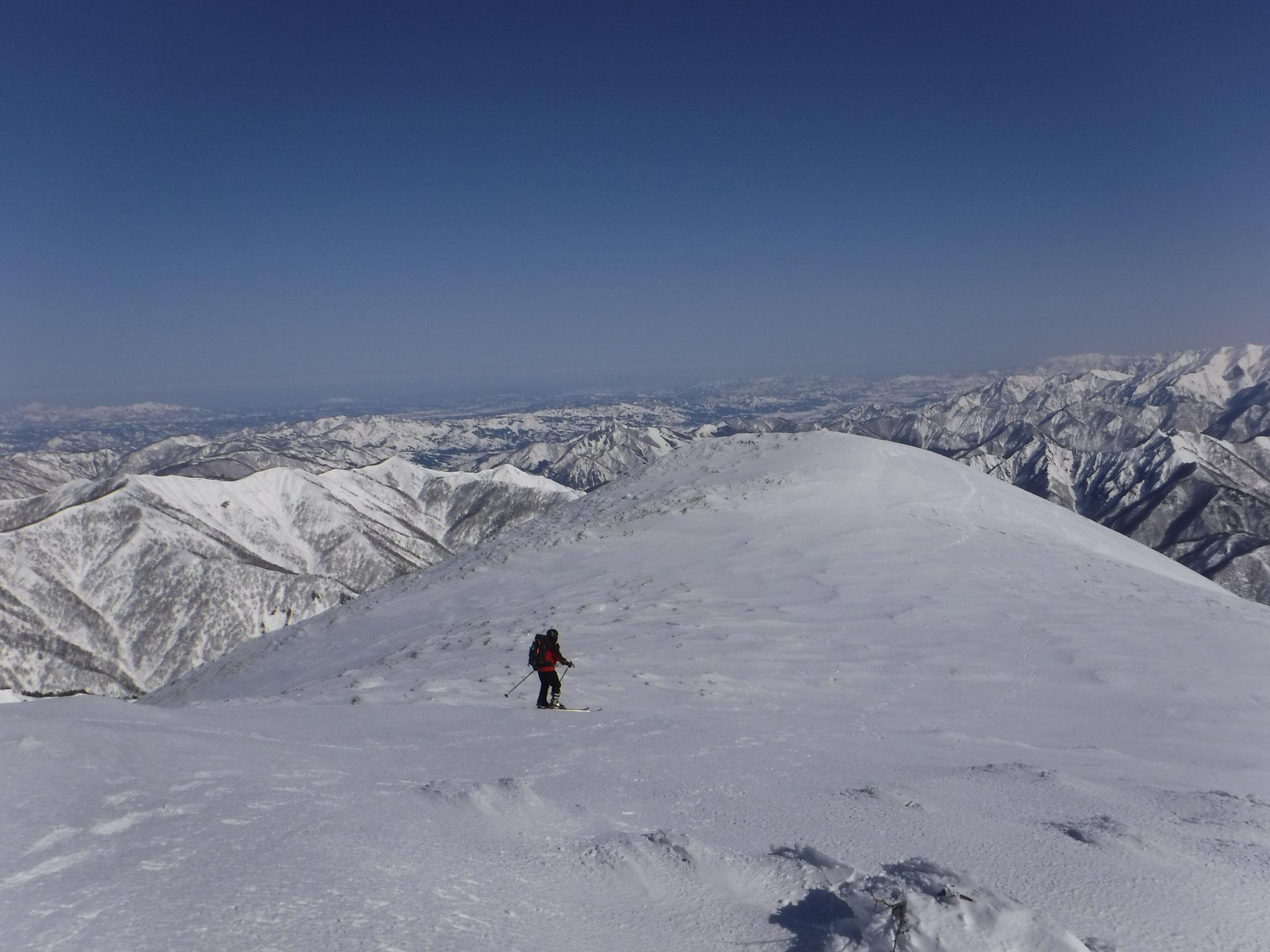 9:30 仙ノ倉山、山頂北側、シッケイ沢への下降地点へ