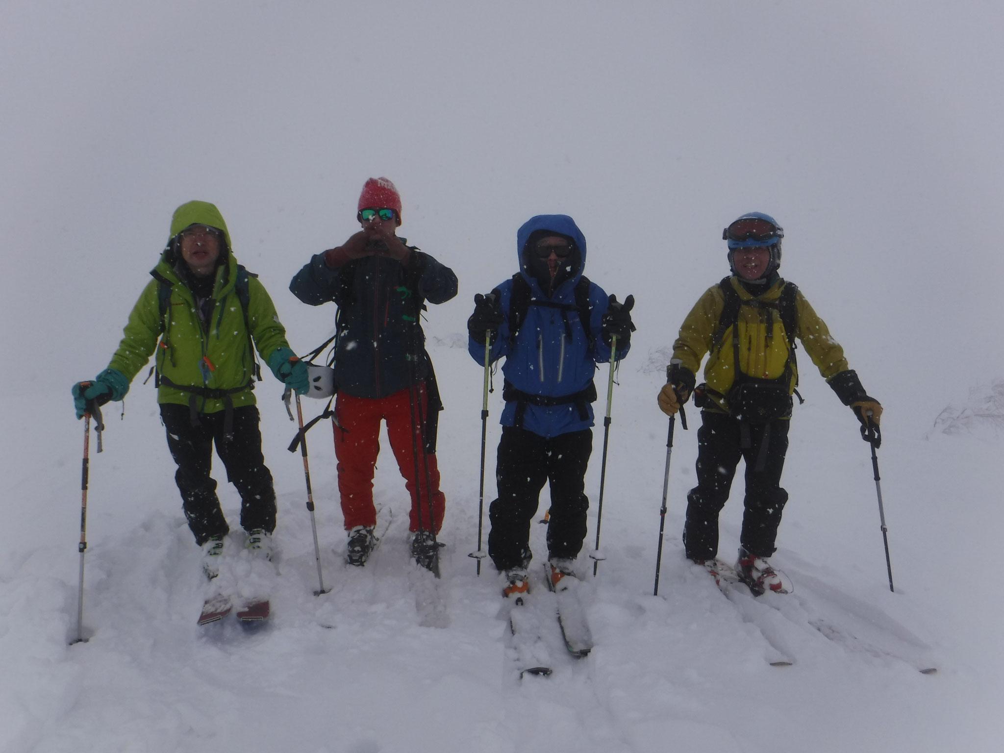 13時過ぎ 山頂 1510m、視界が悪い