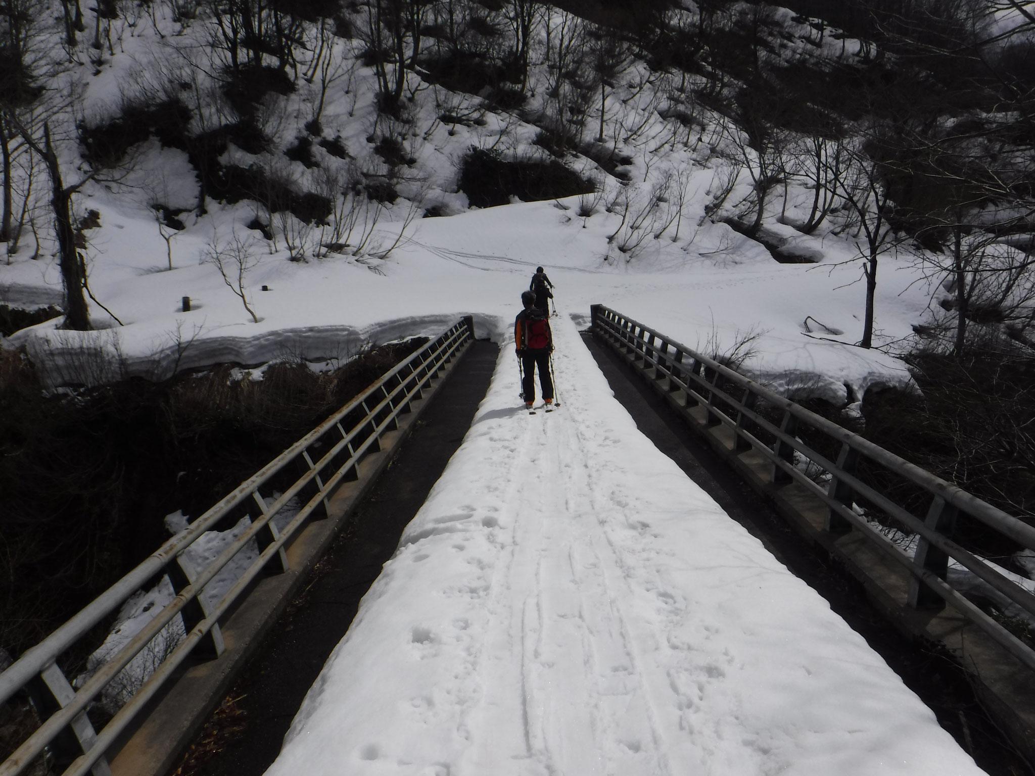 中ノ高地沢の橋を渡る