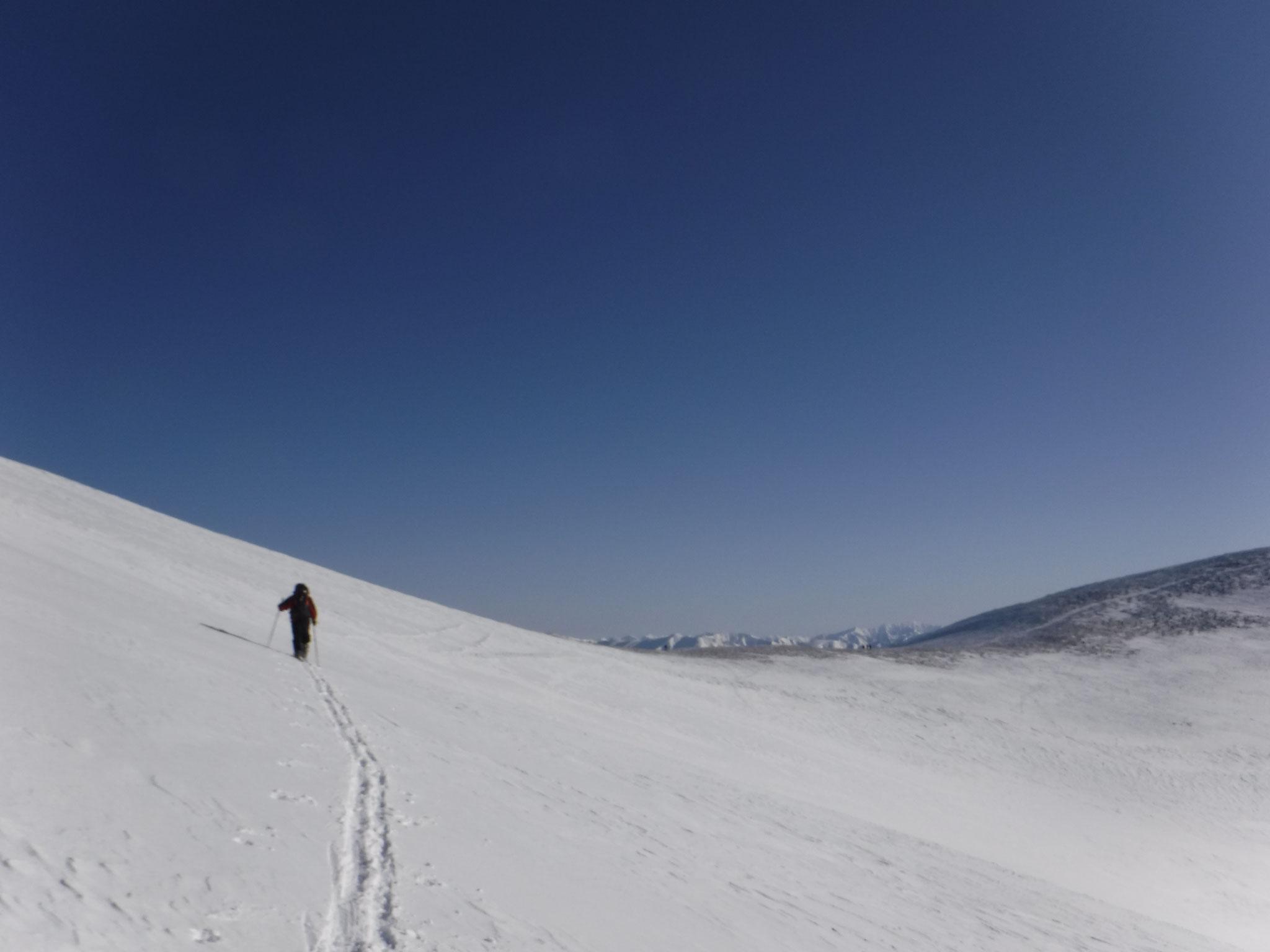 10:40 平標山手前から仙ノ倉山へのトラバース。傾斜は緩い