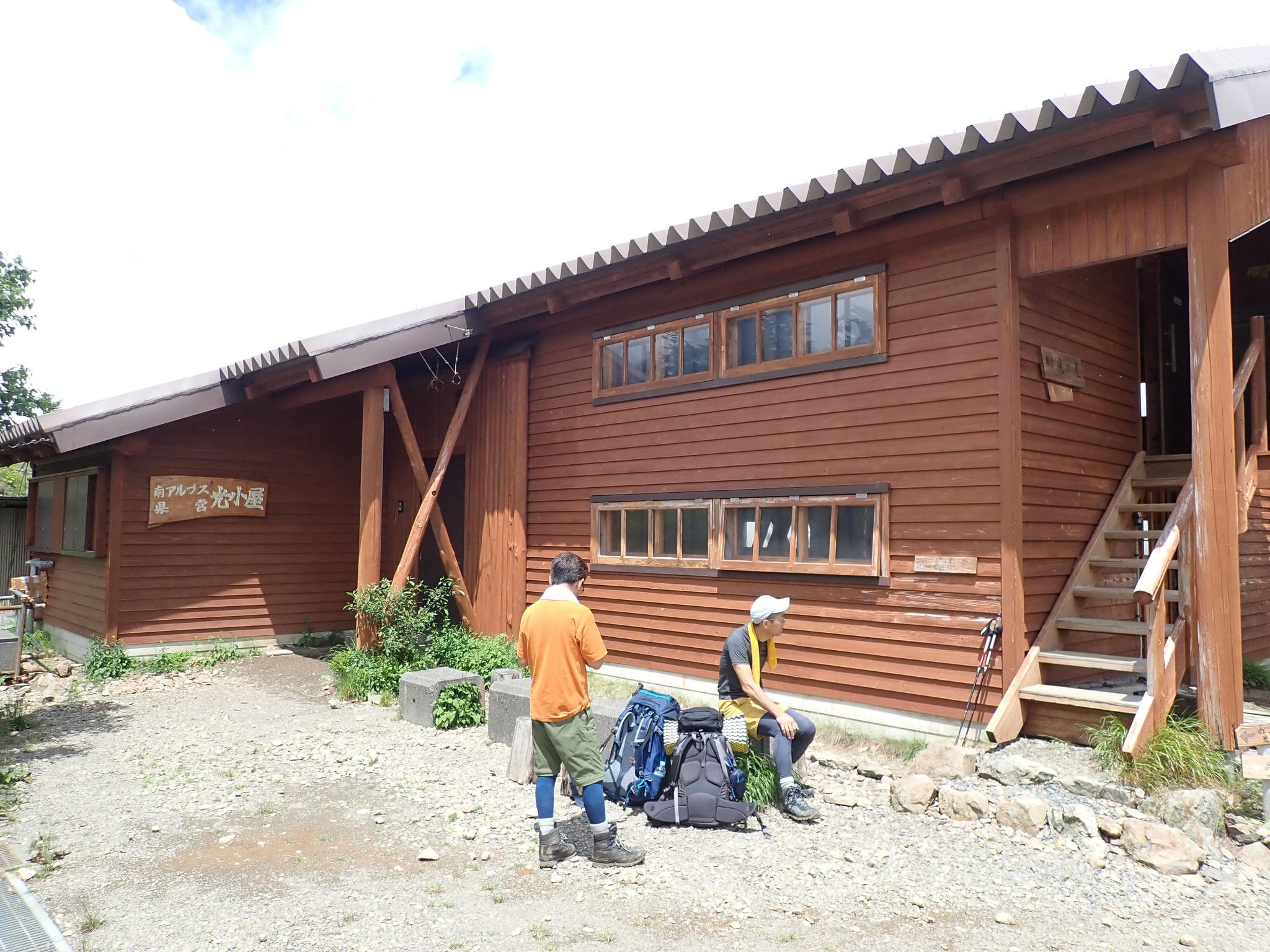 しゃれた外観の光小屋、トイレは汲み取り式1ケ所開放