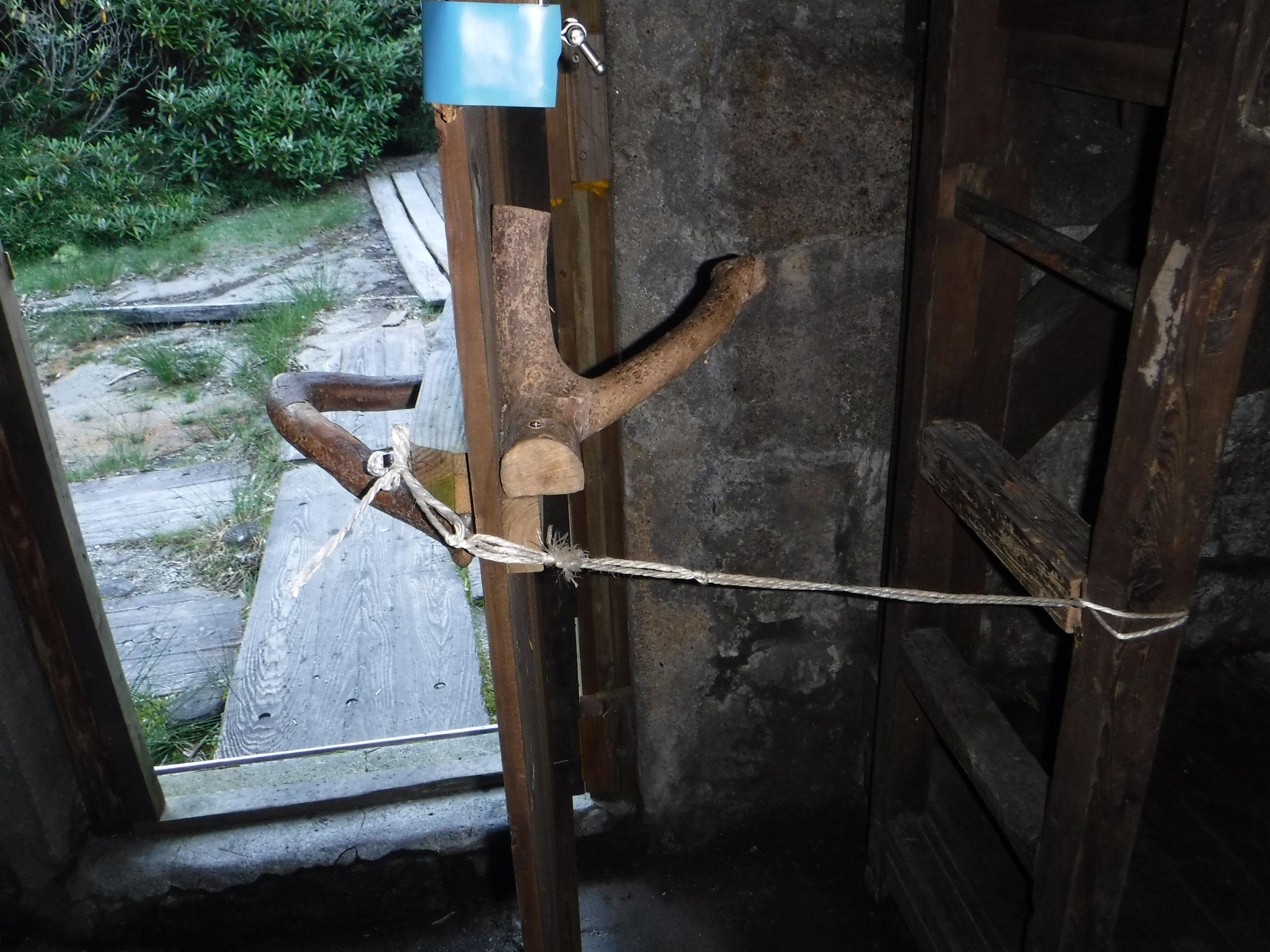 ドアのしまりが悪く、紐で縛って締めて、小屋を出た