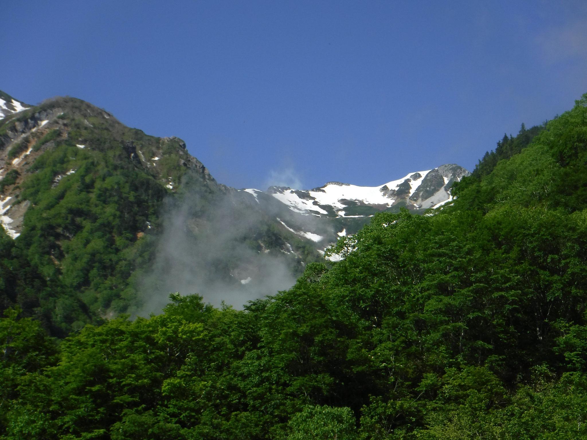 針ノ木岳、峠からは中央の雪渓をトラバースする