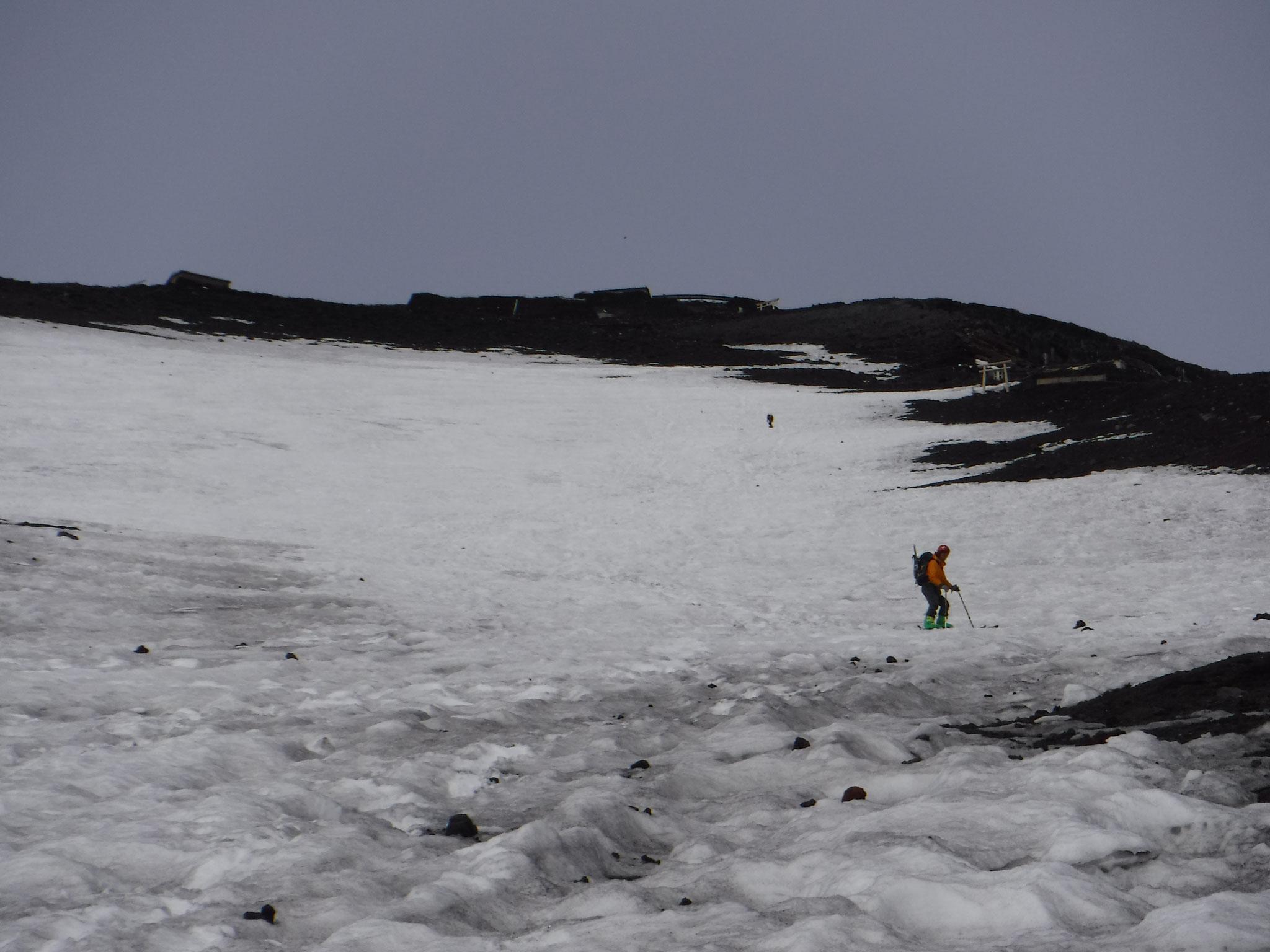 8:30 3400m付近を滑る、火口縁まで、きれいな雪面が続いている