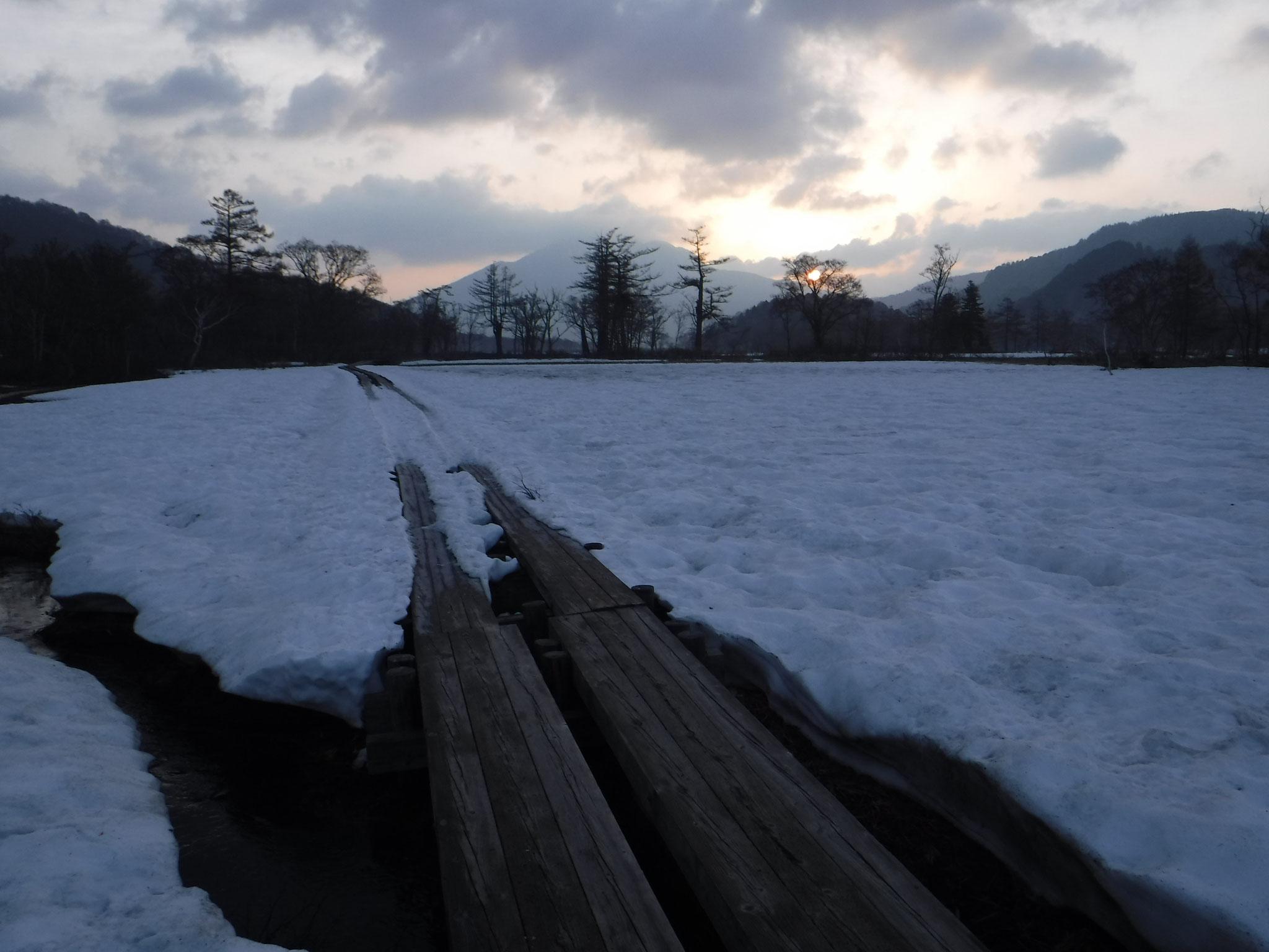 5:10 山ノ鼻付近は、木道脇の残雪の上を進める