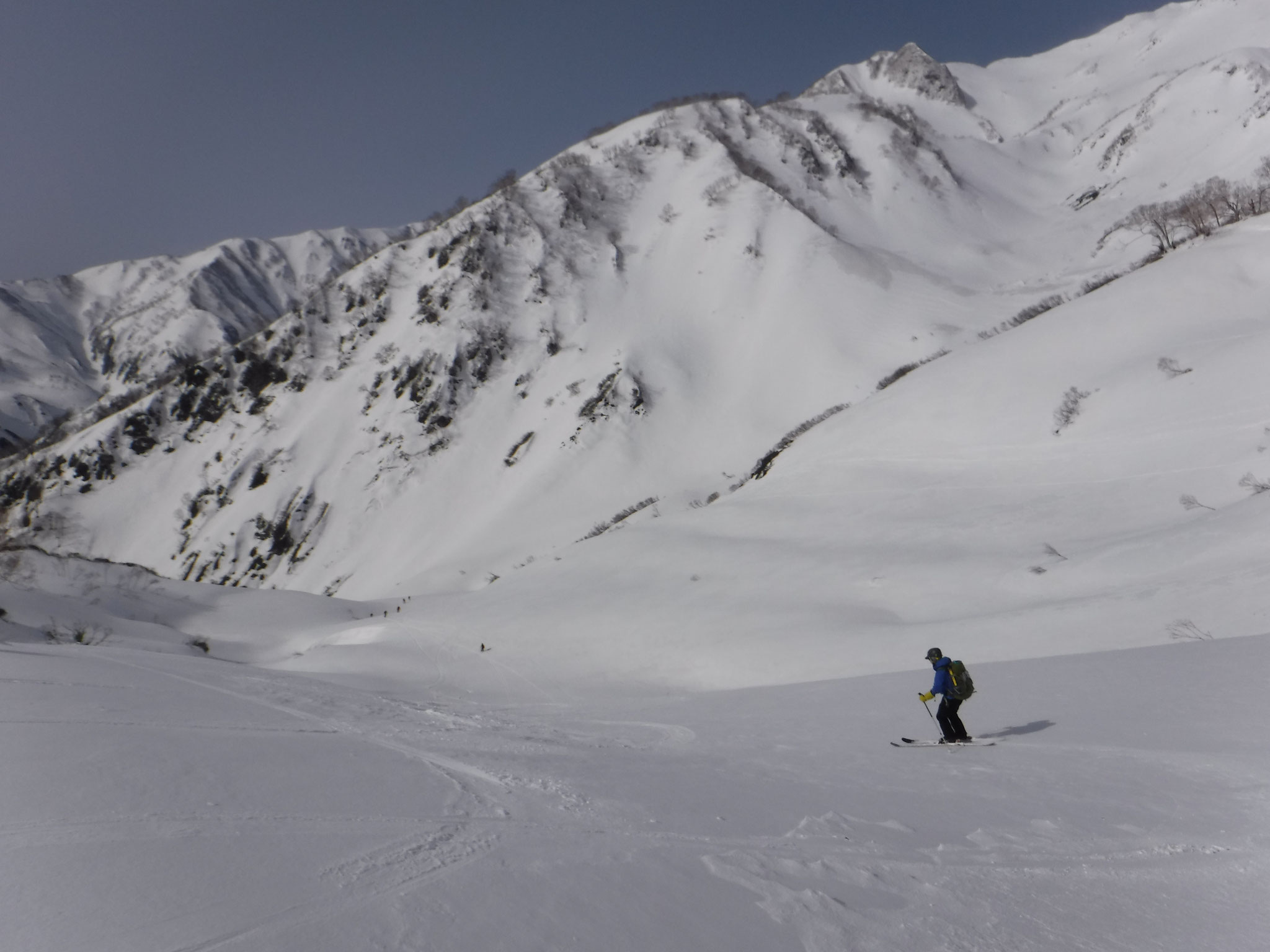 コルから湯ノ入沢へ、上部は素晴らしい新雪だった