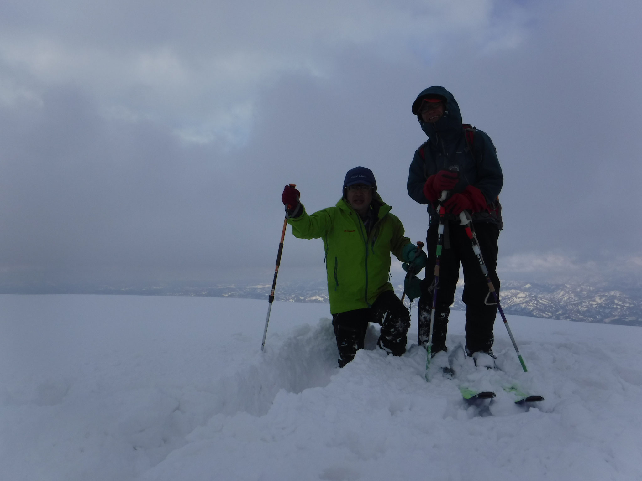 大毛無山頂、スキーを脱ぐと腰まで潜る