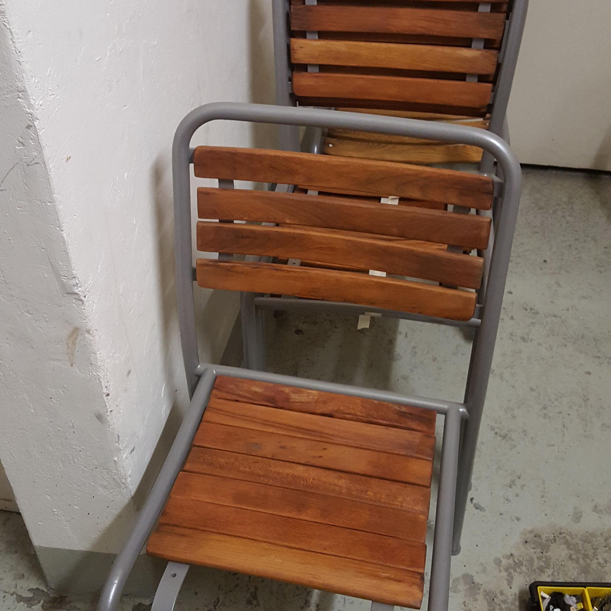 Metallstühle mit Holzlatten estauriert