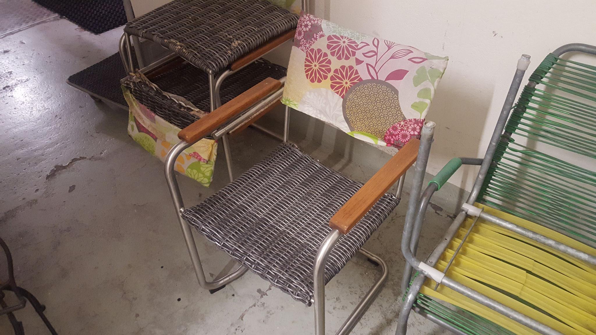 Alter Stuhl mit brüchigem Geflecht